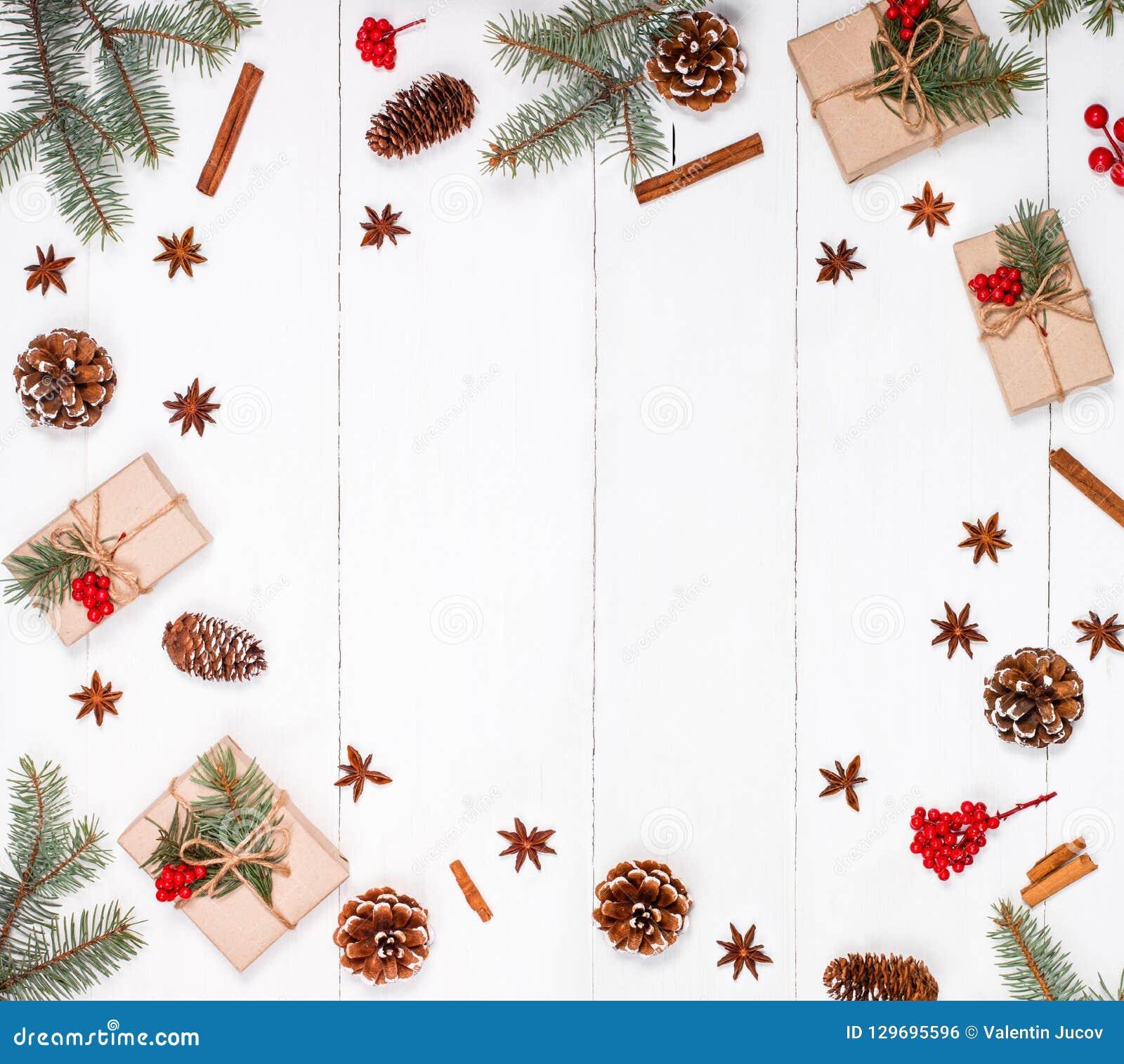 Bożenarodzeniowy tło z Bożenarodzeniowym prezentem, jodła rozgałęzia się, sosnowi rożki, płatki śniegu, czerwone dekoracje