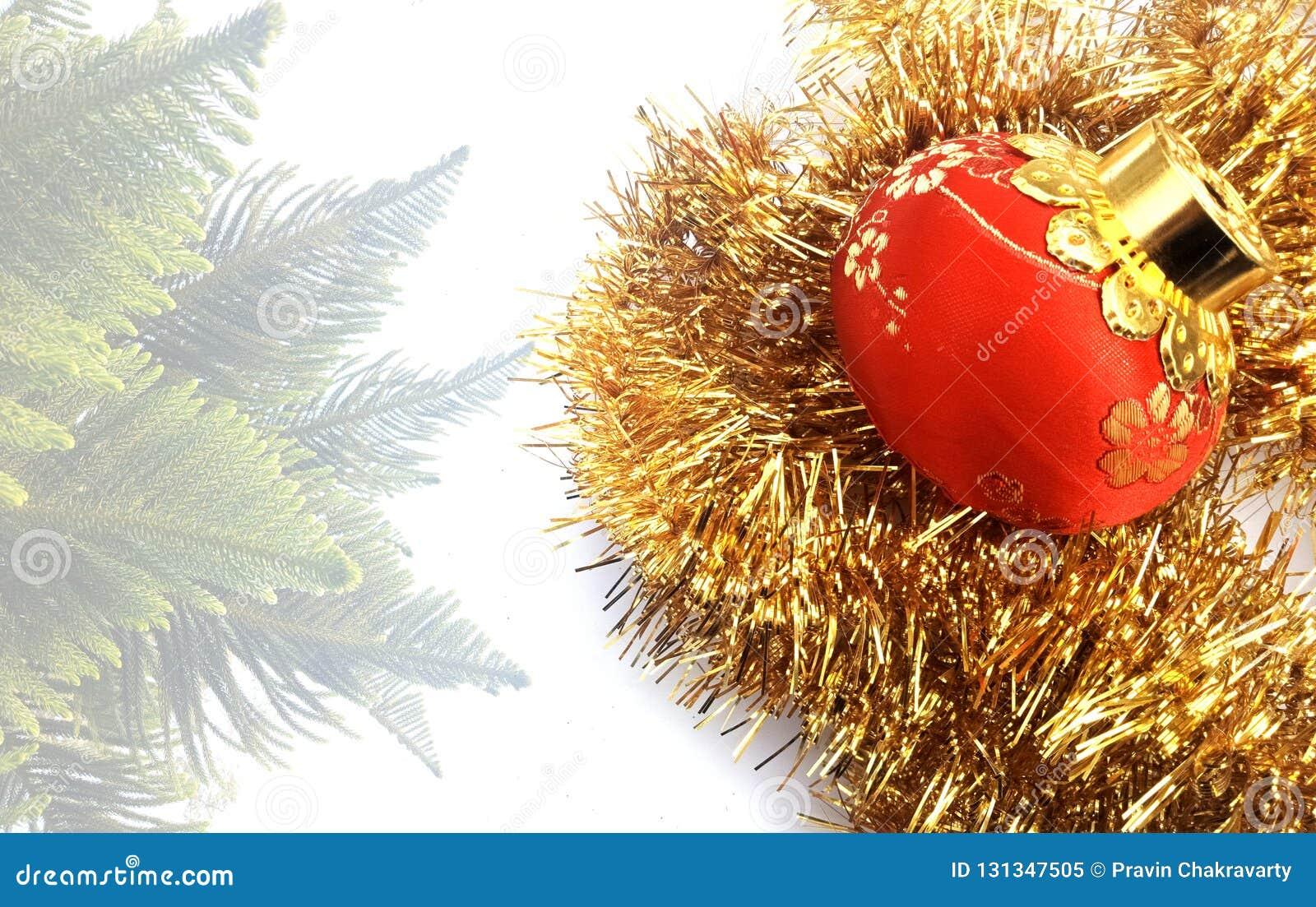 Bożenarodzeniowy tło z czerwienią i żółty ornament na białym textured tle