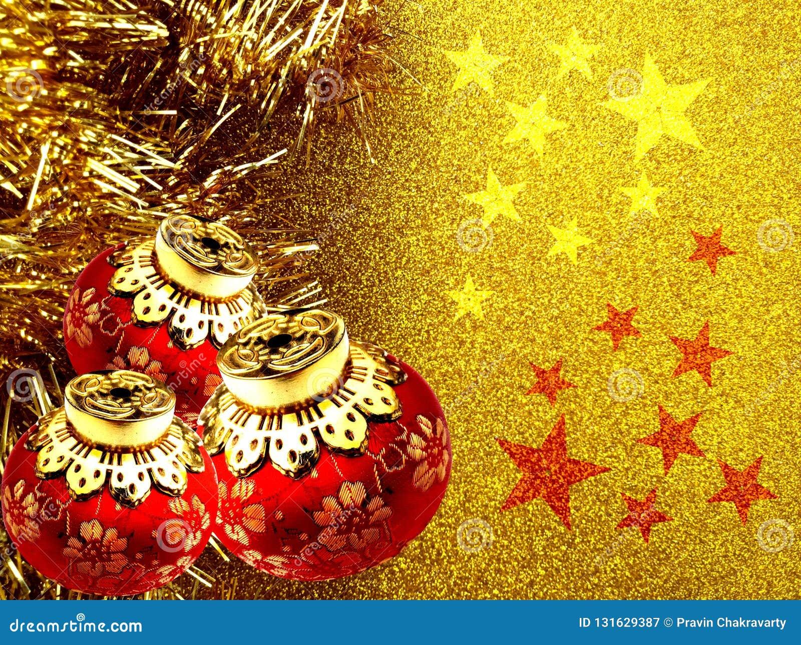 Bożenarodzeniowy tło z czerwienią i żółty ornament na złotym błyskotliwości tle