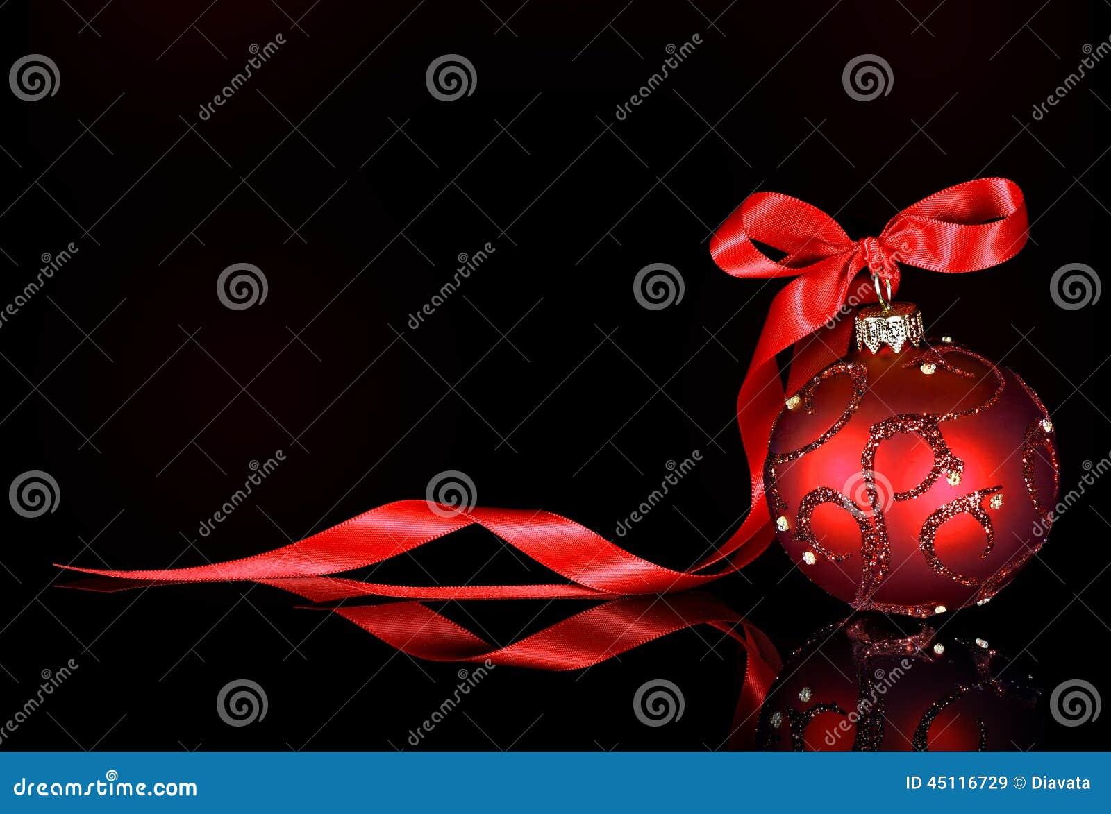 Bożenarodzeniowy tło z czerwonym ornamentem i faborek na czarnym tle