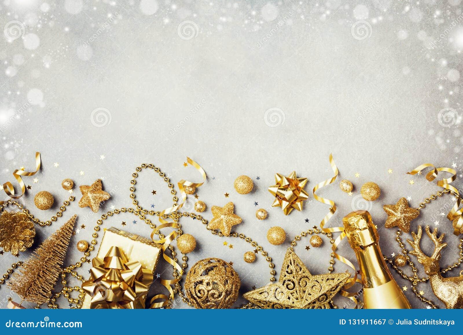 Bożenarodzeniowy tło z złotym prezentem, teraźniejszości pudełko, szampan lub wakacje dekoracji odgórny widok, 2007 pozdrowienia