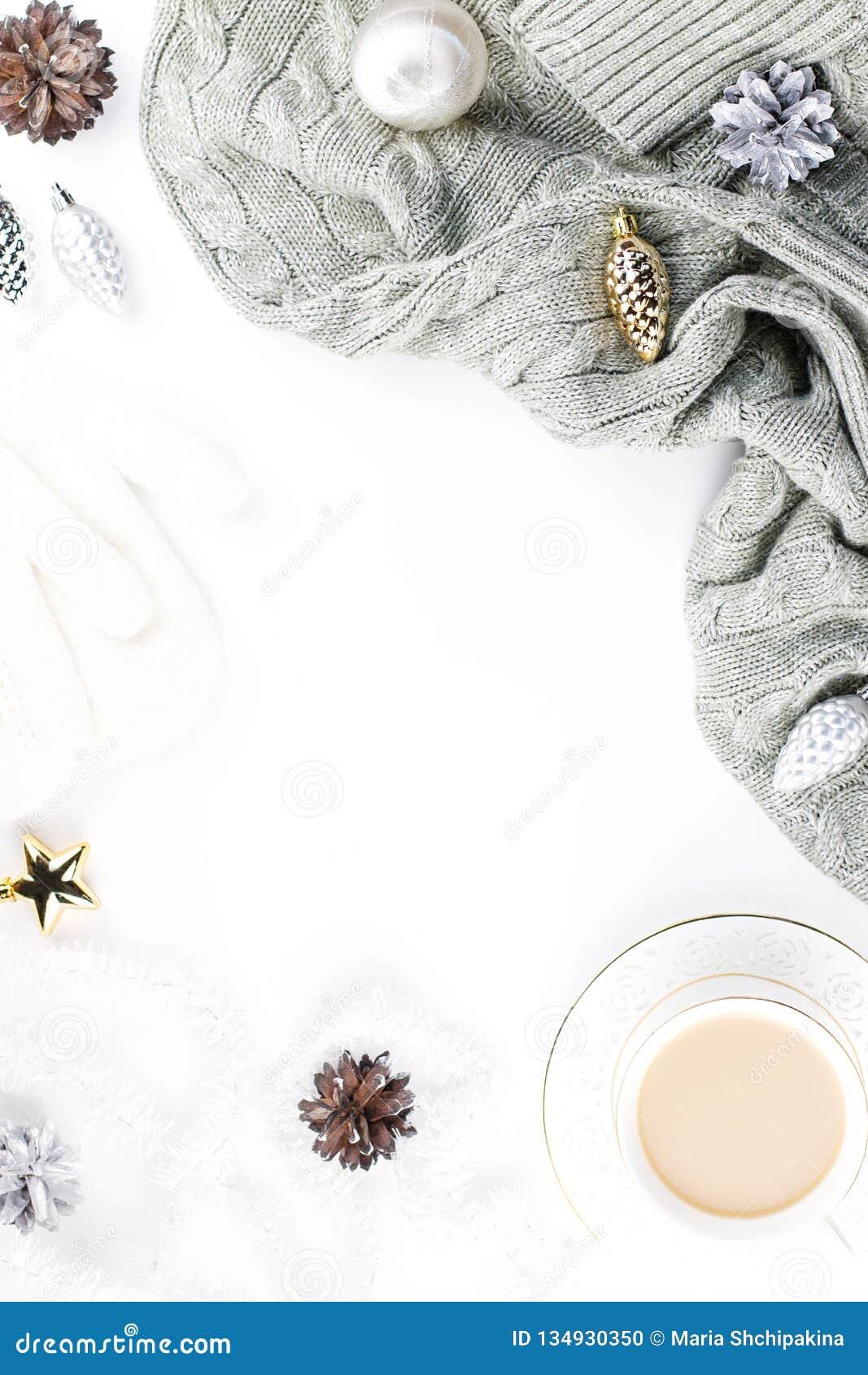 Bożenarodzeniowy trybowy skład z Bożenarodzeniowym pulowerem, kapelusz, gorący napój, dekoracje Zimy pojęcia mieszkanie nieatutow