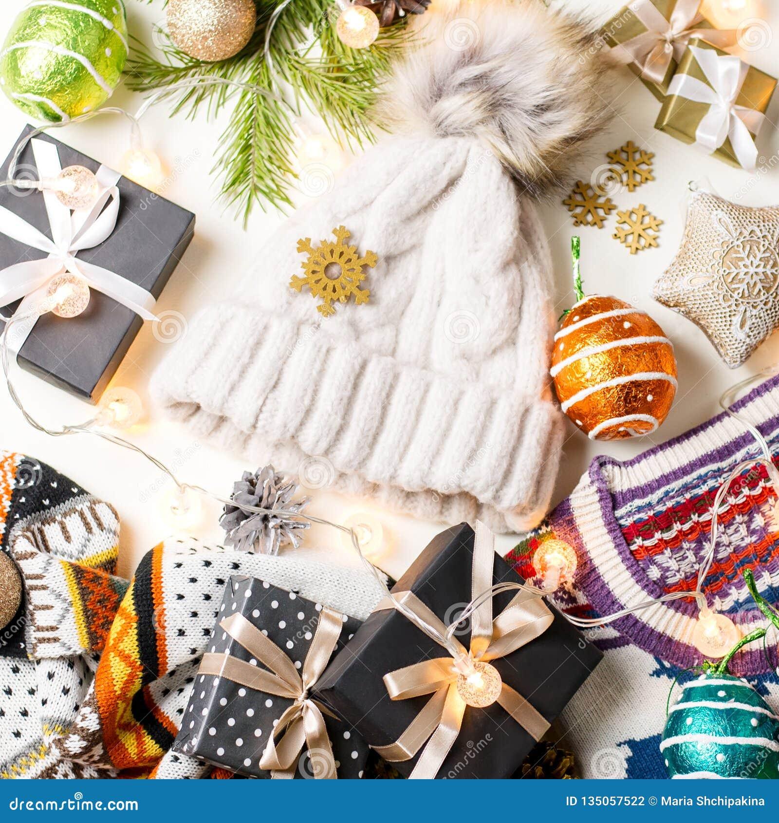 Bożenarodzeniowy trybowy skład z Bożenarodzeniowym pulowerem, kapelusz, przedstawia i zaświeca Zimy pojęcia mieszkanie nieatutowy