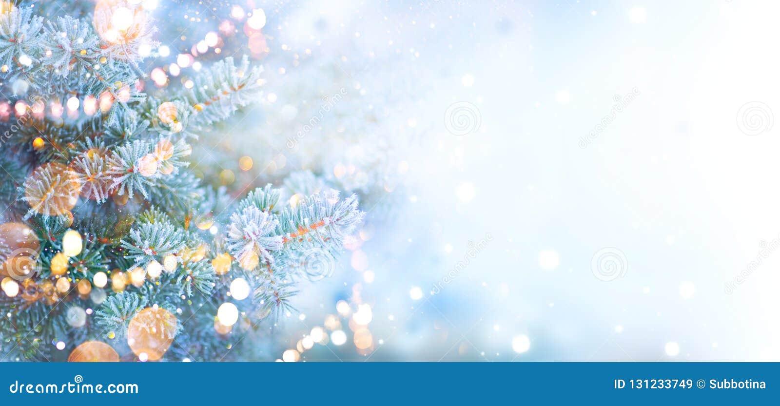 Bożenarodzeniowy wakacyjny drzewo dekorujący z girland światłami Rabatowy śnieżny tło