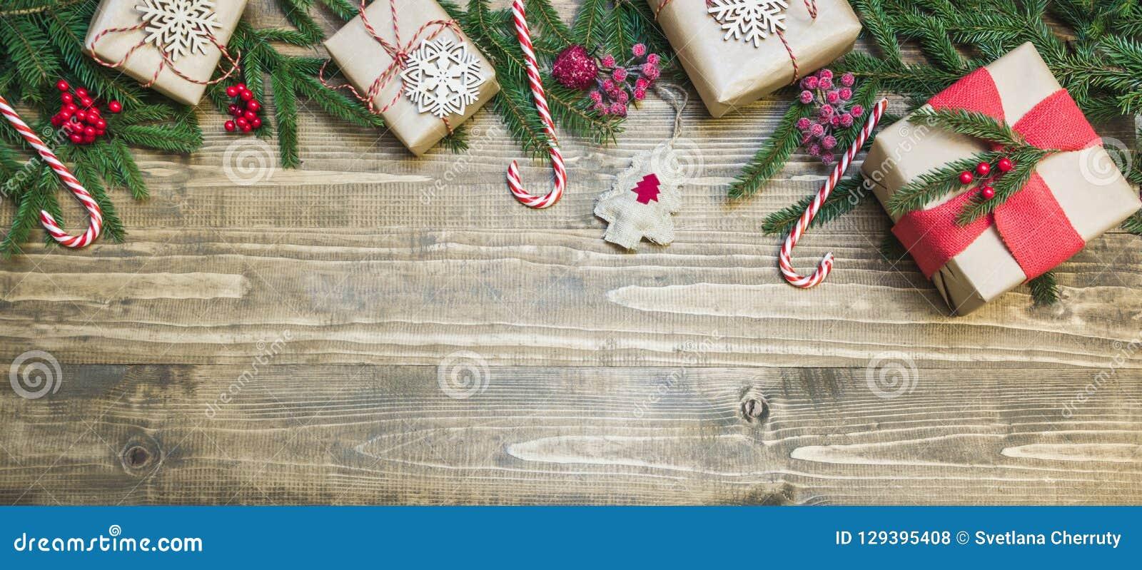 Bożenarodzeniowy wakacyjny sztandar prezenty, uświęcone jagody i dekoracja na drewnianej desce -, dodatkowy karcianego formata wa