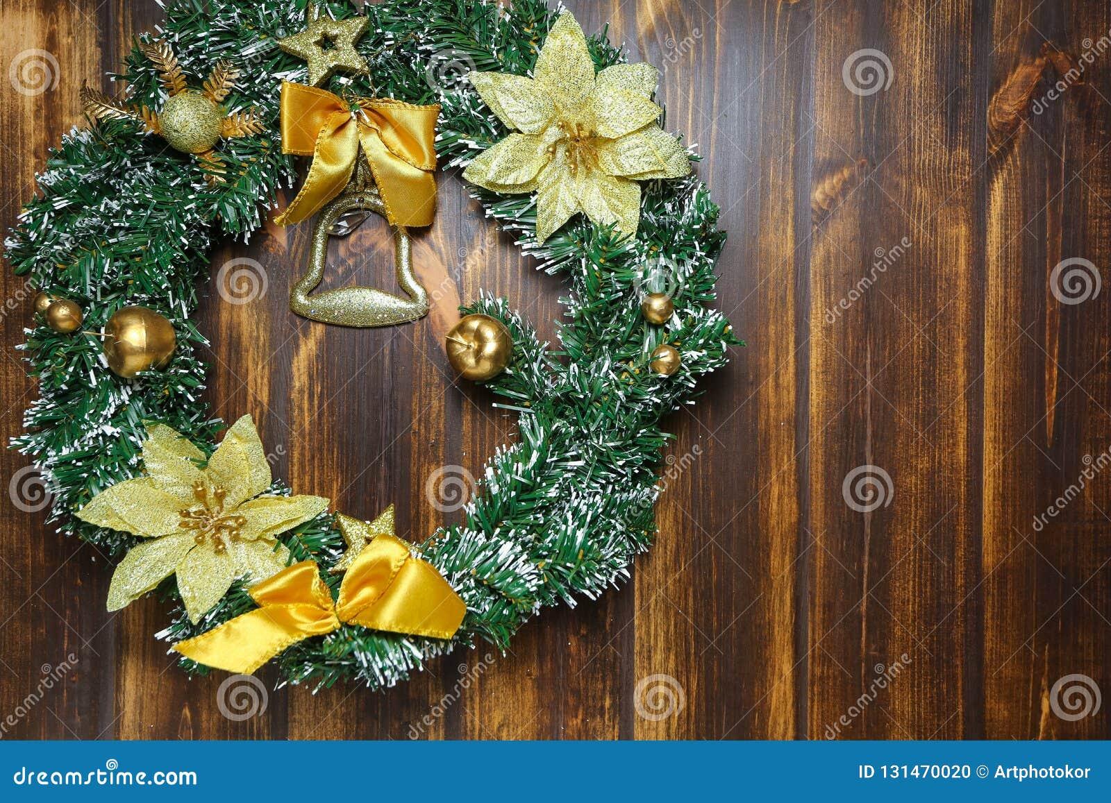 Bożenarodzeniowy wianku obwieszenie na drewnianym drzwiowym frontowym widoku Dekoraci pojęcie