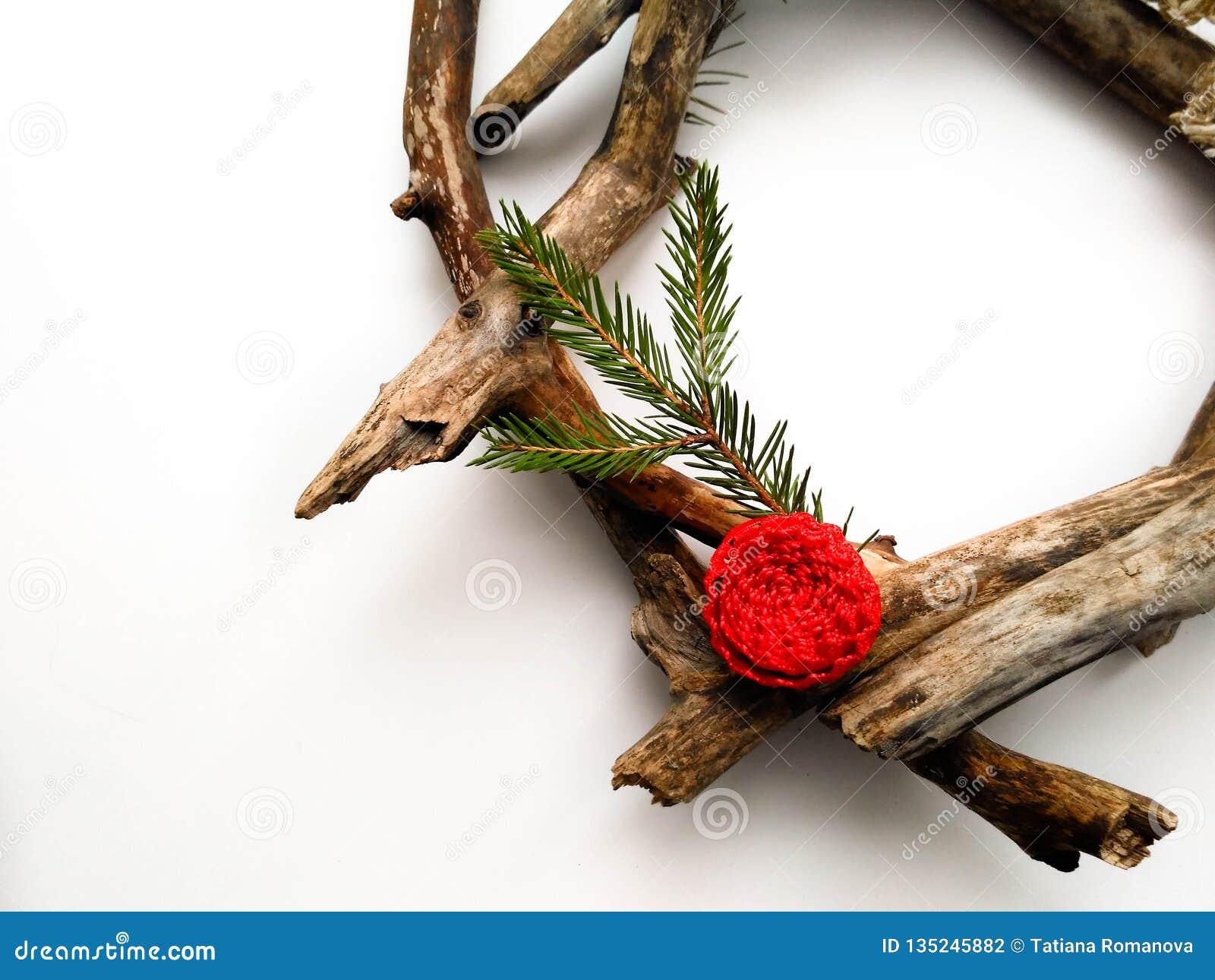 Bożenarodzeniowy wianku zbliżenie Drzewa i jodły gałąź czerwony kwiat Biały tło Minimalistic projekt