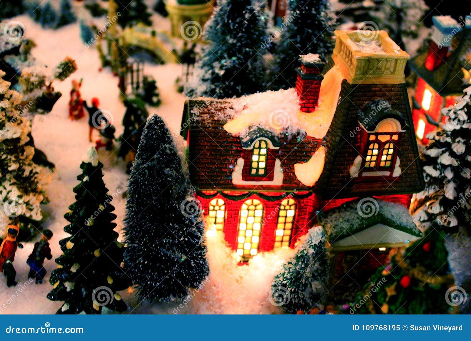 Bożenarodzeniowy wioska szczegół z zaświecającym budynkiem śniegiem i - selekcyjna ostrość