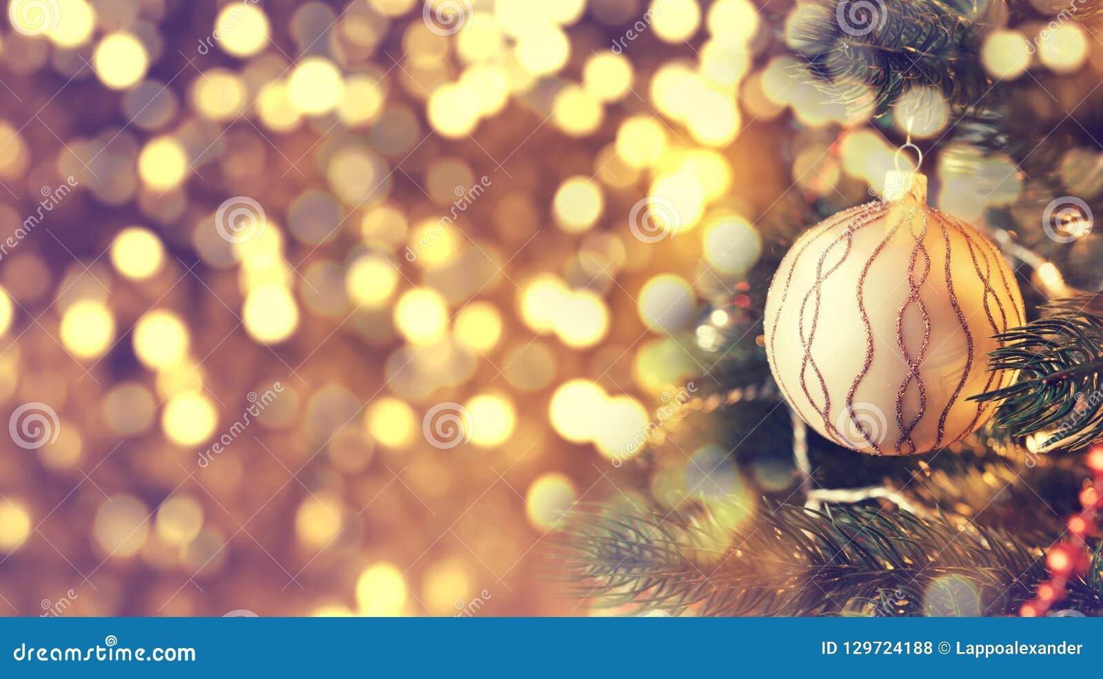 Bożenarodzeniowy złoty balowy obwieszenie na sośnie