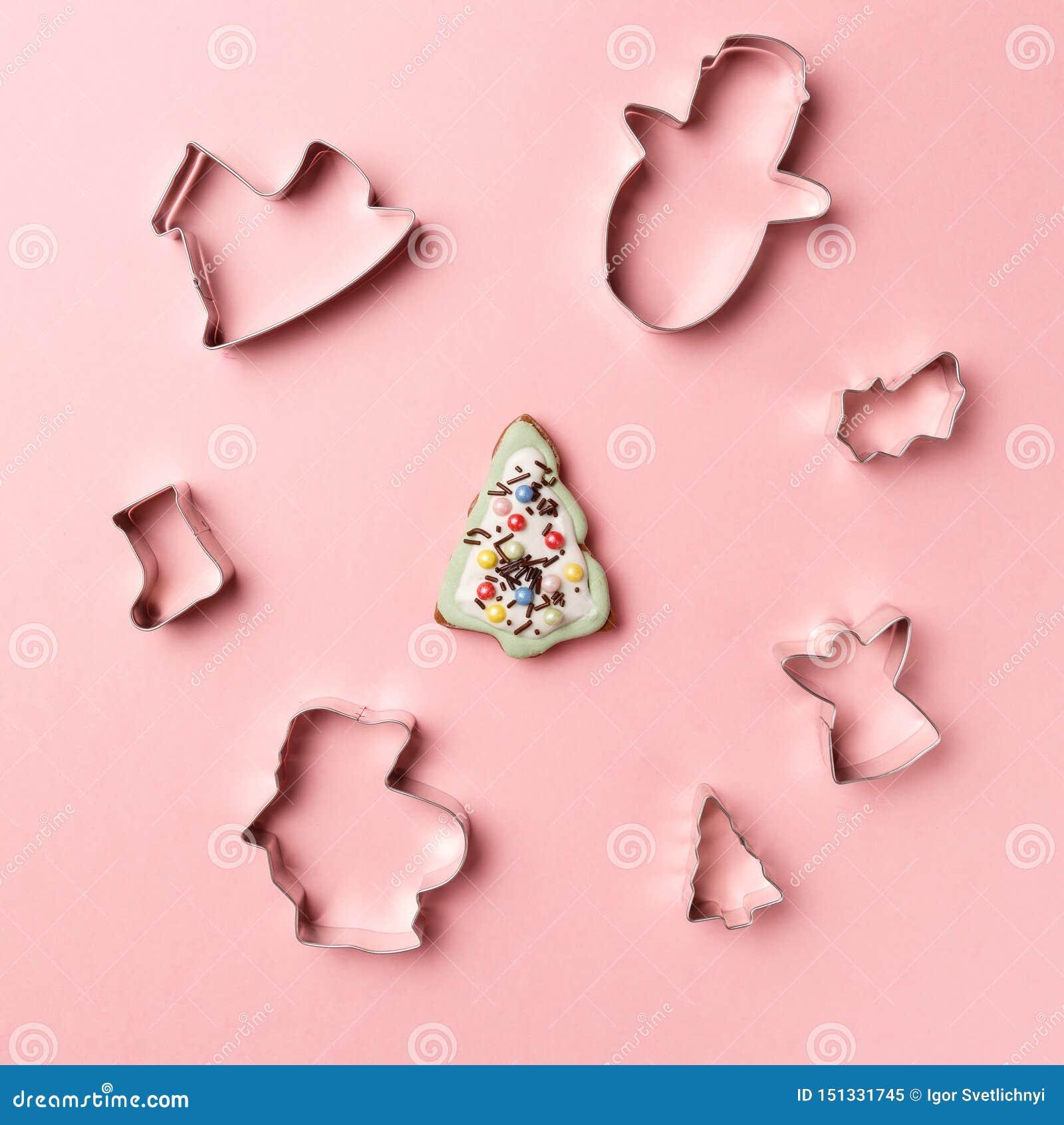 Bożenarodzeniowych ciastek kształta różnorodny krajacz na różowym tle Odg?rny widok Mieszkanie nieatutowy Modna kolorowa fotograf