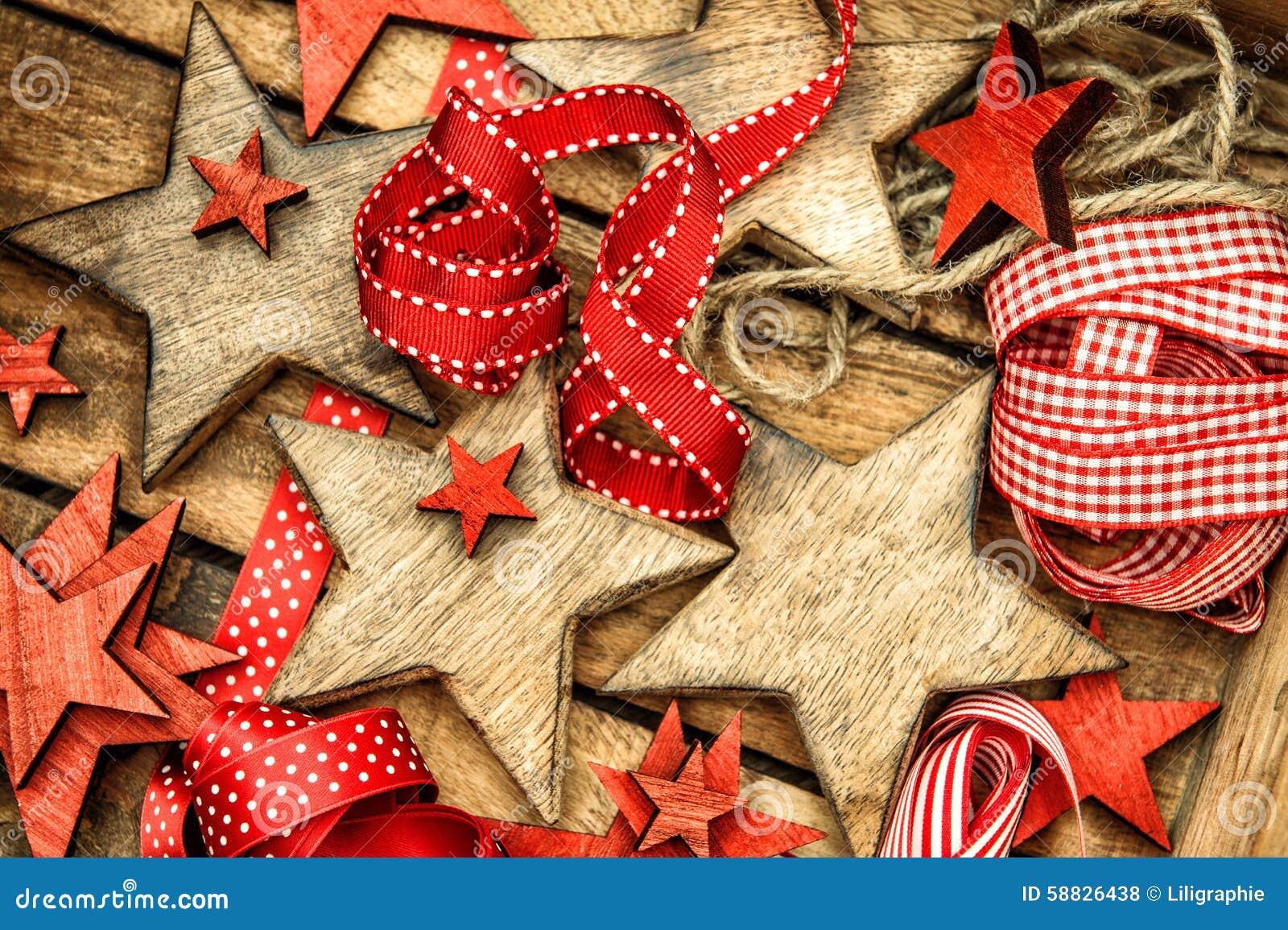 Bożenarodzeniowych dekoracj drewniane gwiazdy i czerwony faborku rocznika ornam