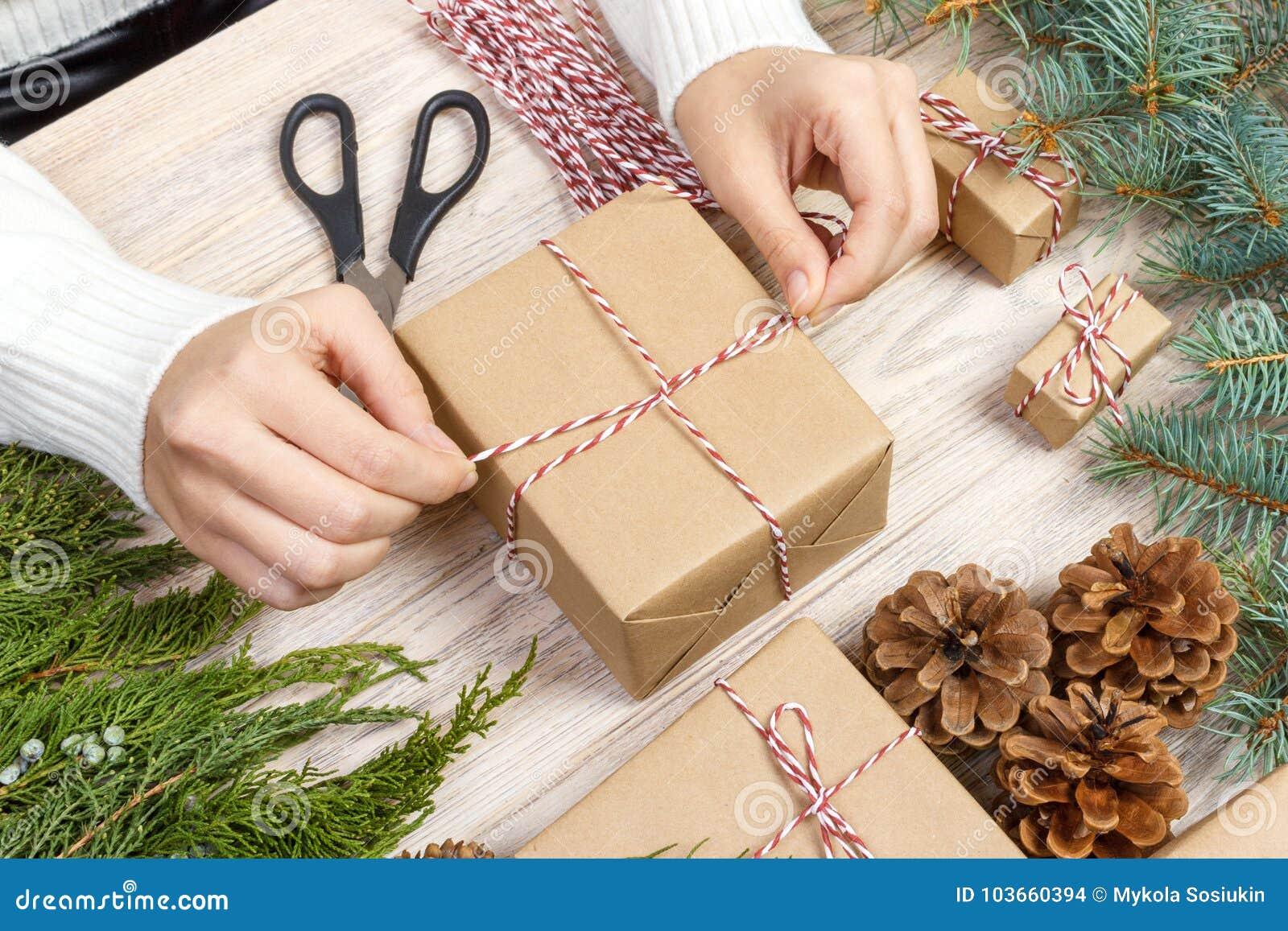 Bożenarodzeniowych teraźniejszość przygotowanie Prezenta pudełko zawijający w czarny i biały pasiastym papierze, skrzynce sosna r