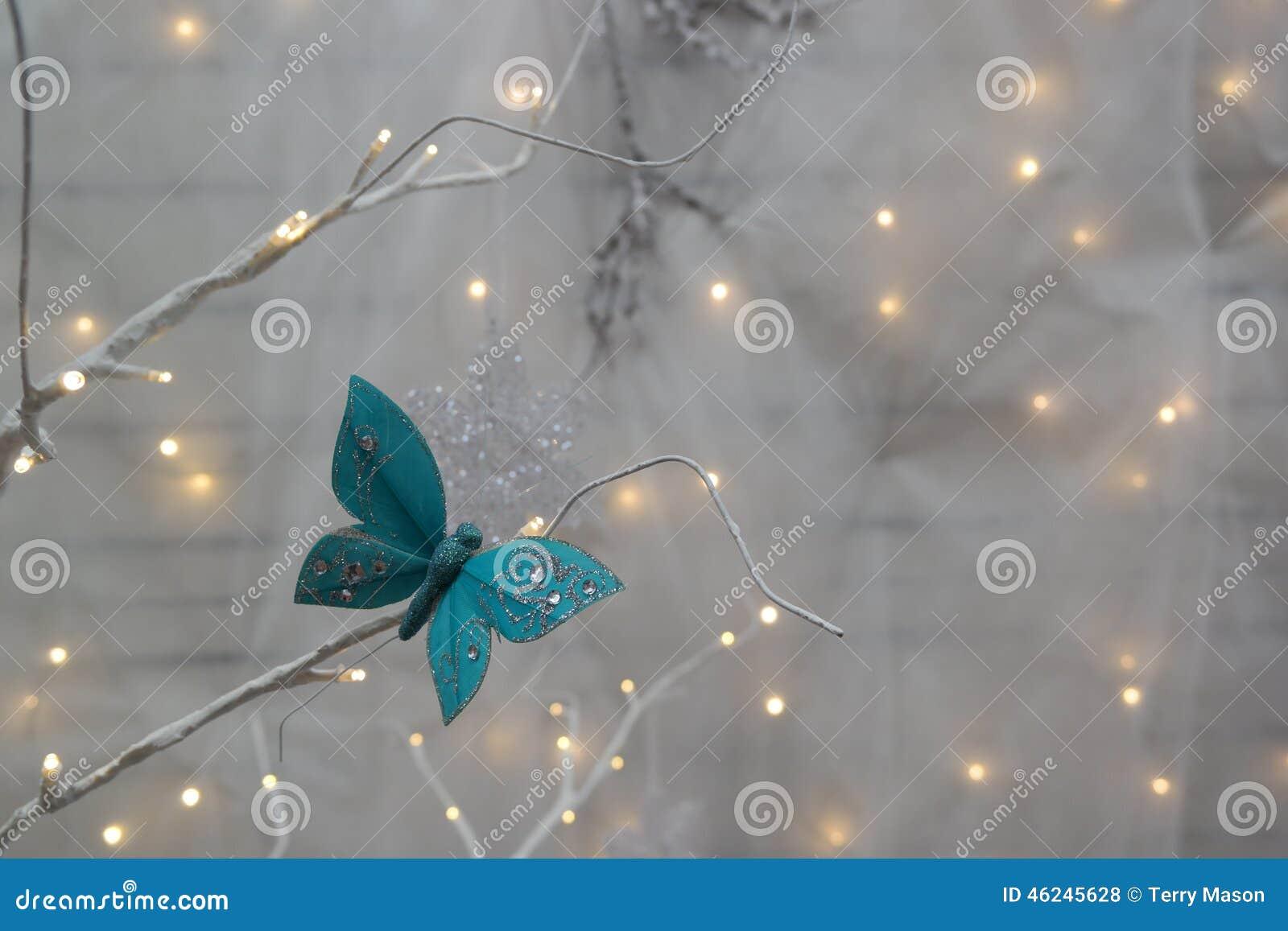 Bożonarodzeniowe światła i motyl