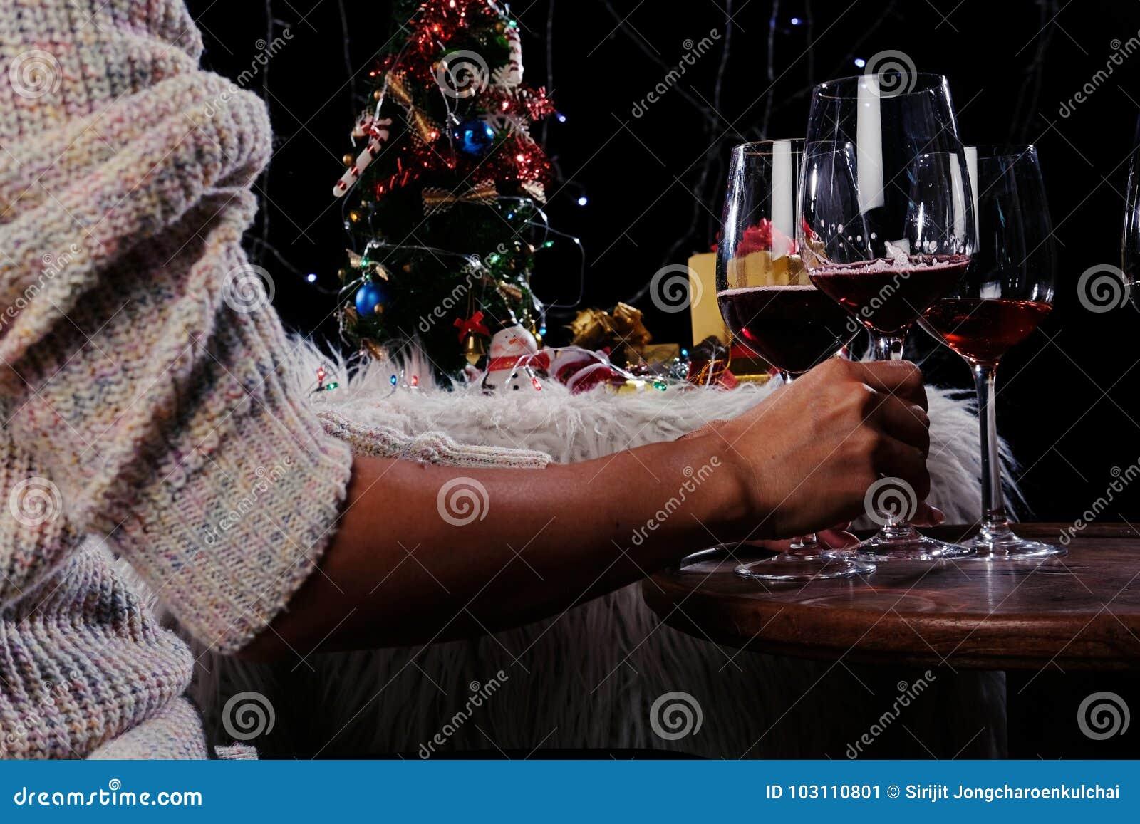 Bożych Narodzeń lub nowego roku świętowania ręk z krystalicznymi glas ludzie