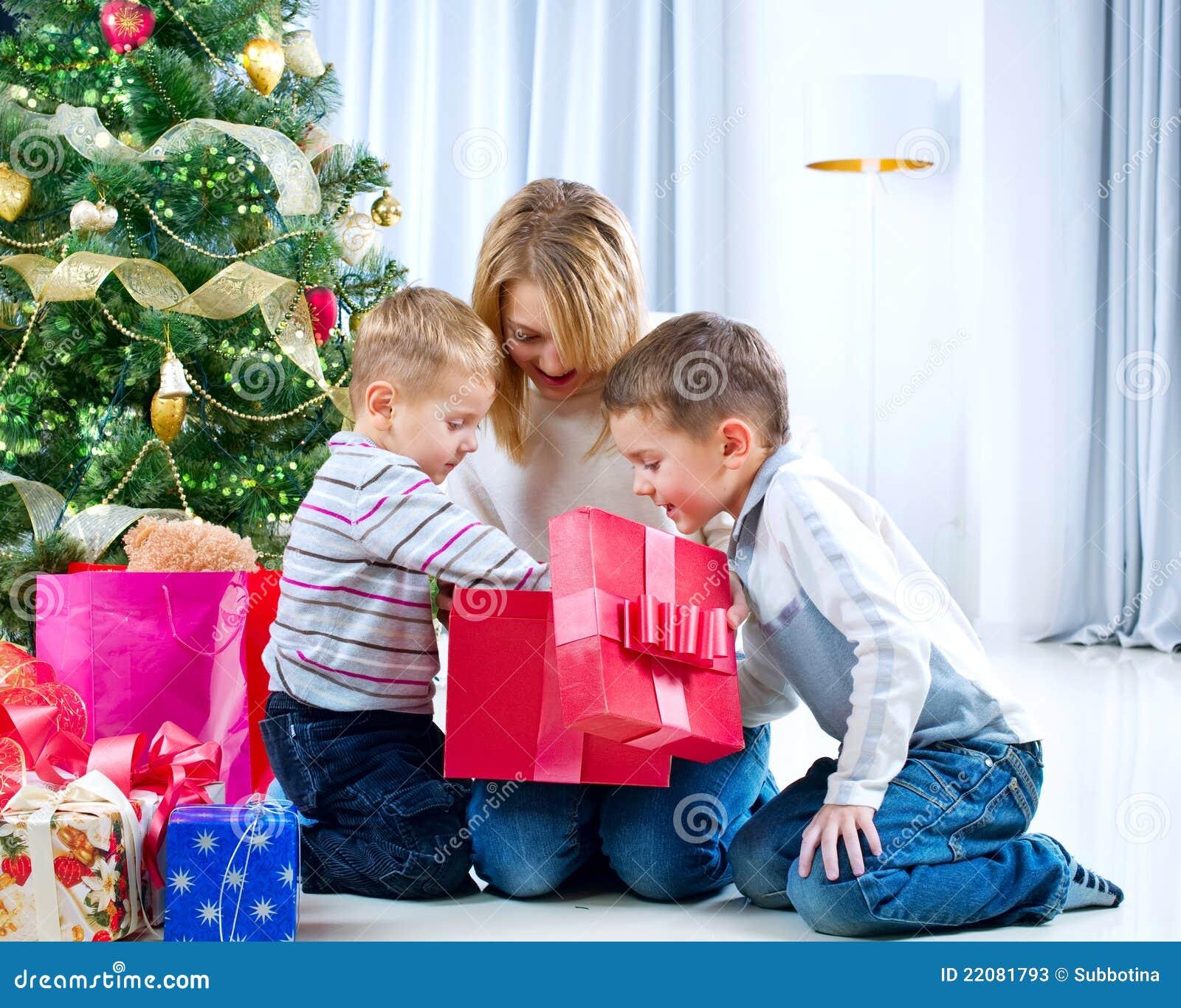 Bożych narodzeń prezentów szczęśliwi dzieciaki