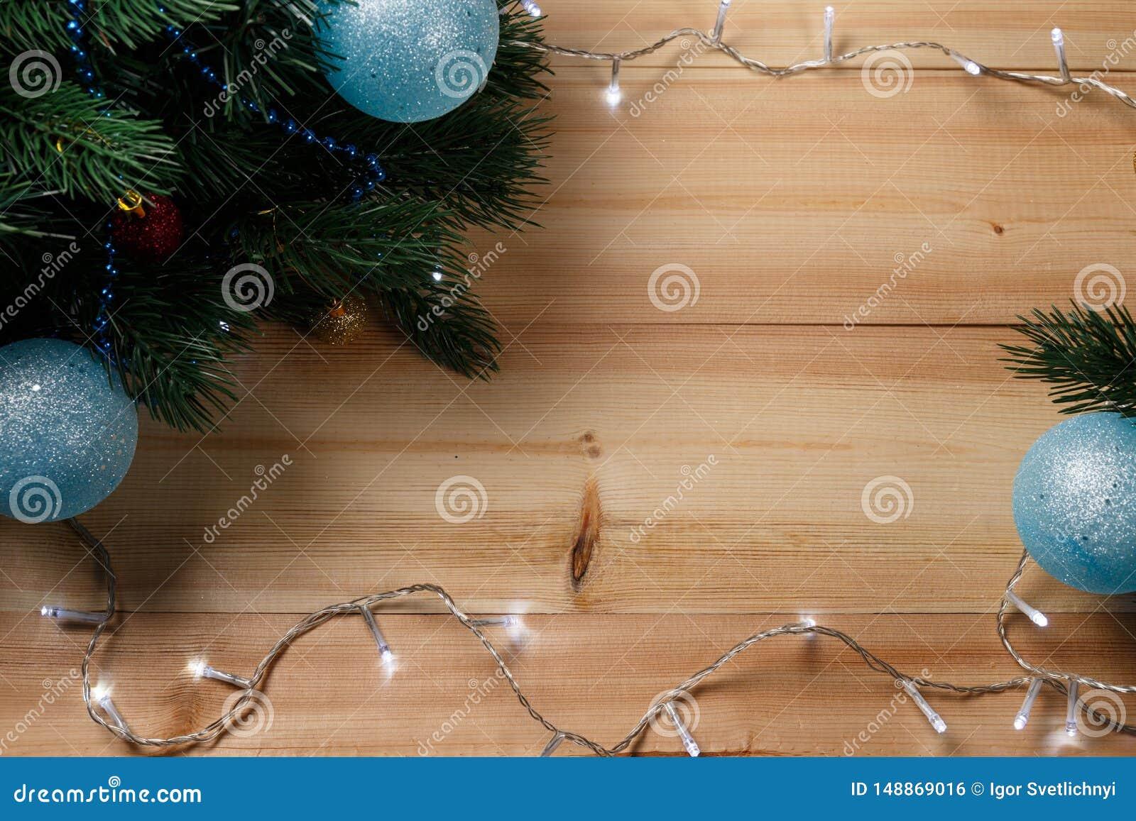 Bo?e Narodzenia lub nowy rok dekoracji t?o: drzewo rozga??zia si?, kolorowe szklane pi?ki na drewnianym tle