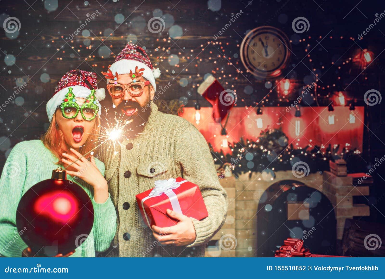 Bo?e Narodzenie m??czyzny chwyta bomba r Nowego roku przyj?cie w domu