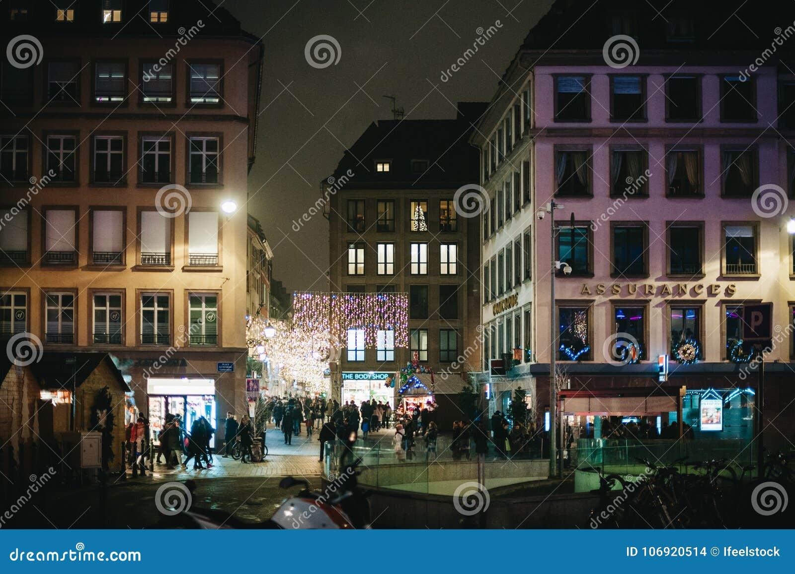 Bożenarodzeniowej nocy rynku miasta pedestrians miejsce Gutenberg