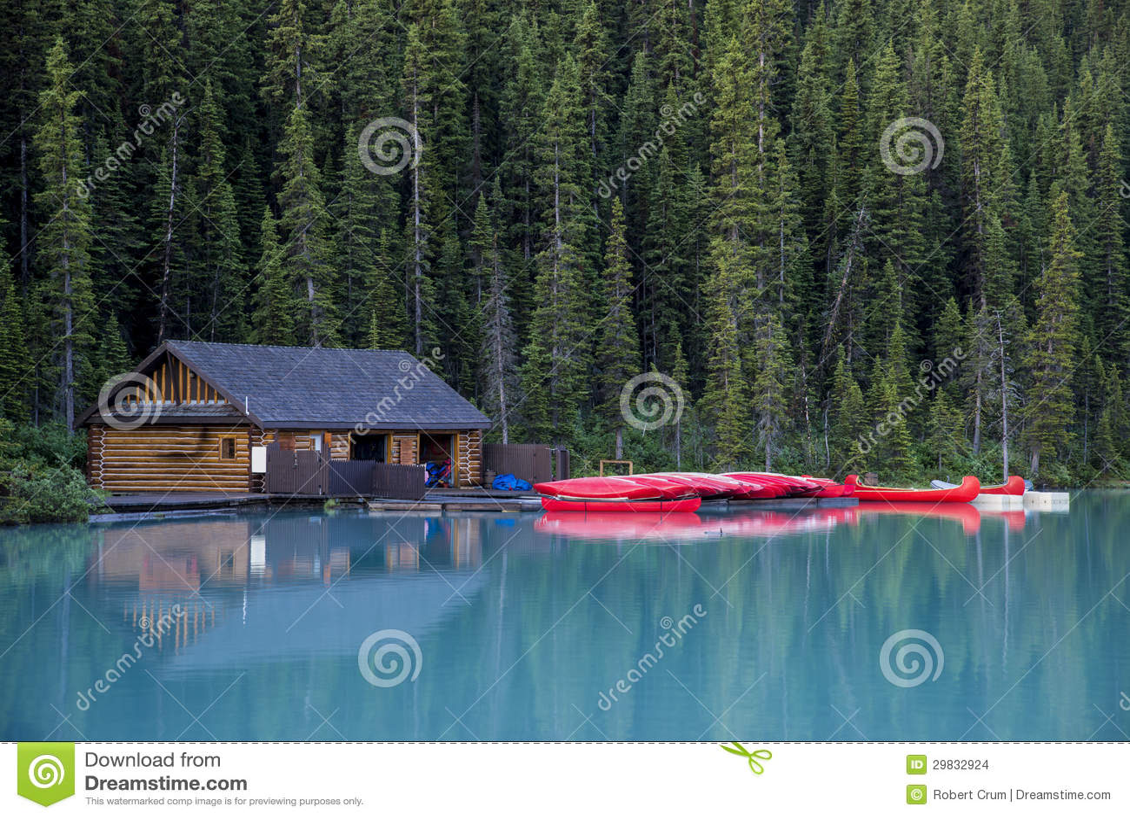 Boathouse e canoas, parque nacional de Banff