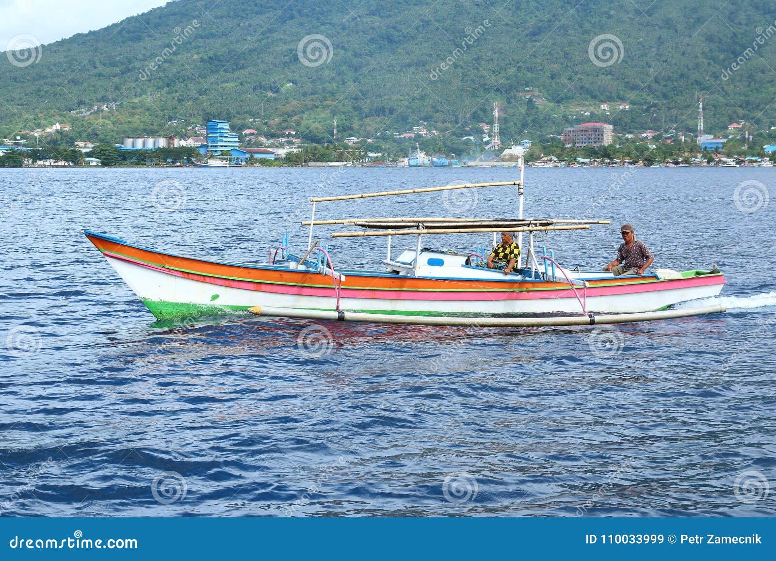 Boatman op overzees in Lembeh-Straat