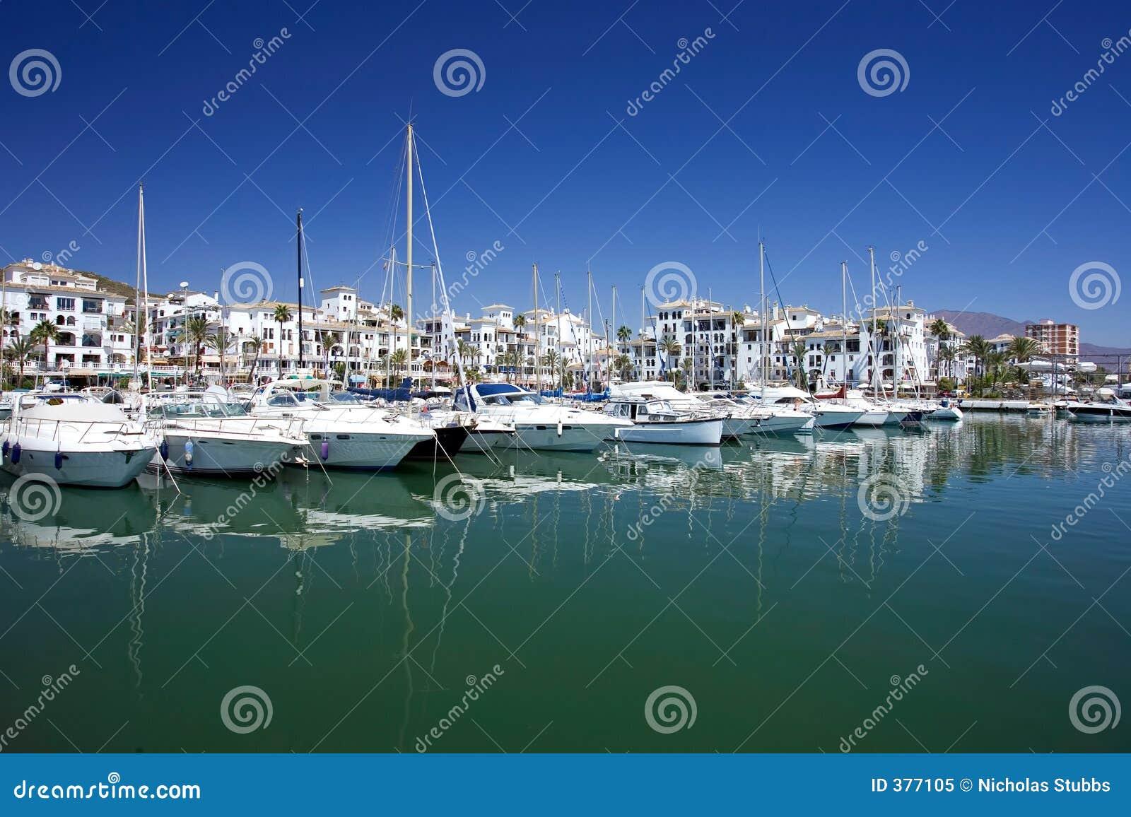 Boats costa de duquesa έδεσε τα γιοτ της Ισπανίας λιμένων