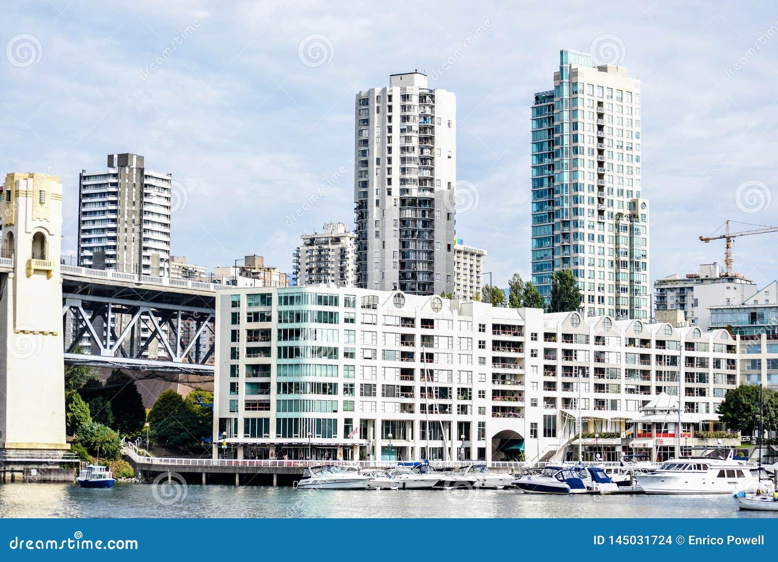 Boatyard z dokować łodziami przy Burrard mostem w Granville wyspie i jachtami, Vancouver