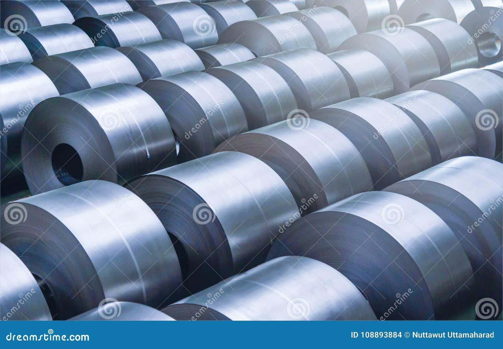Bobina de aço laminada na área de armazenamento na indústria de aço