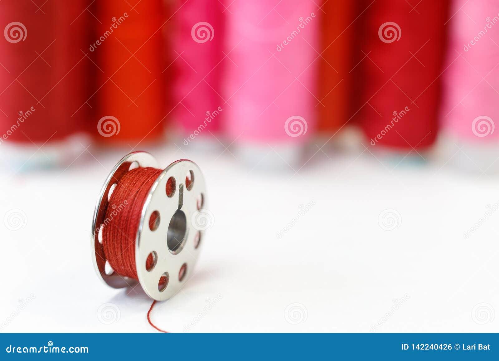 Bobina di cucito e fila delle bobine del filo