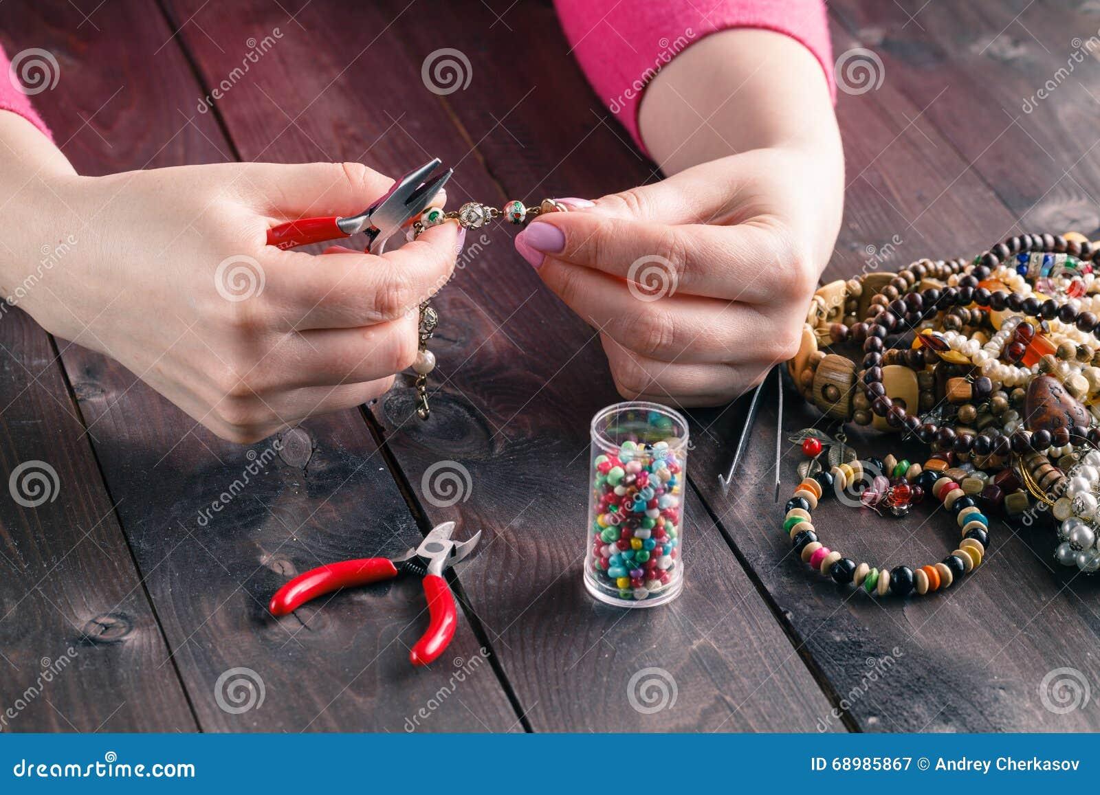 Bobina, gotas y herramientas para la costura