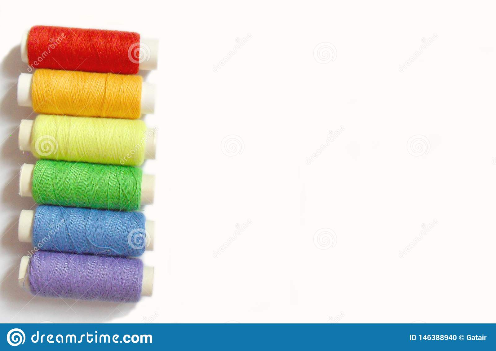 Bobinas coloridas isoladas no fundo branco, cores do arco-?ris
