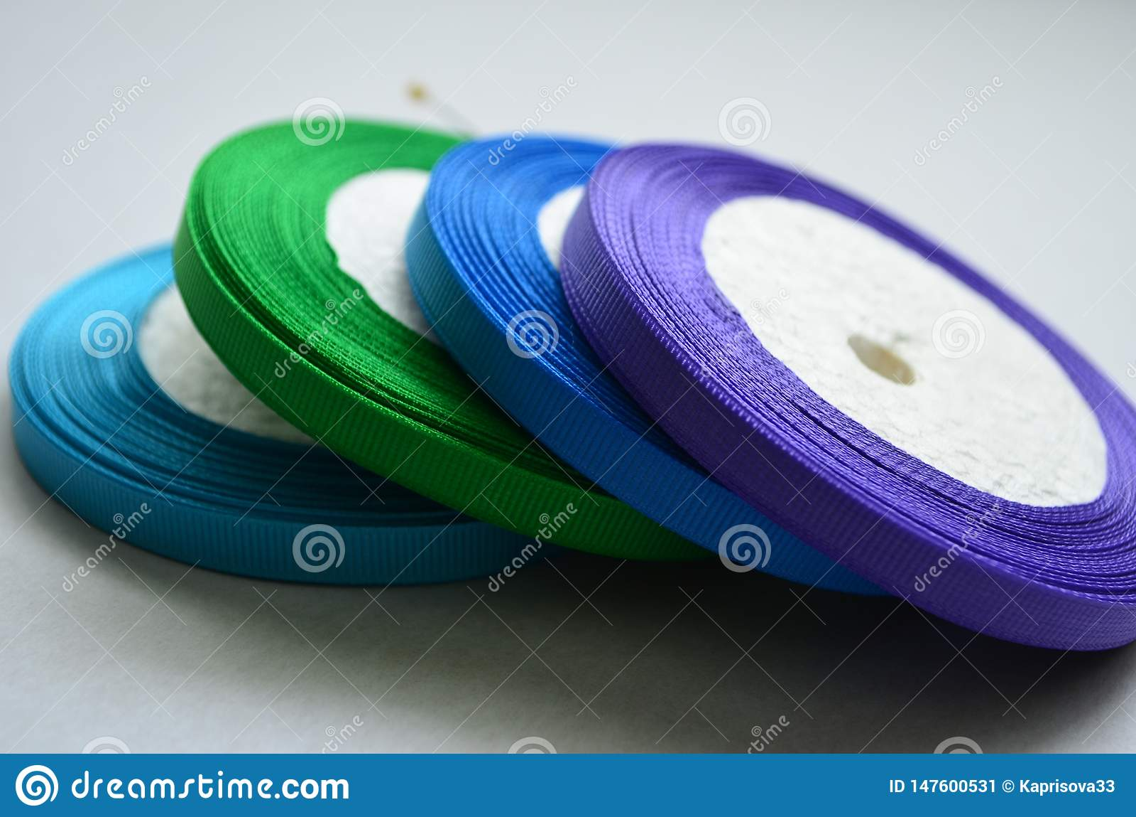 Bobinas da fita colorida fina do representante no fundo branco