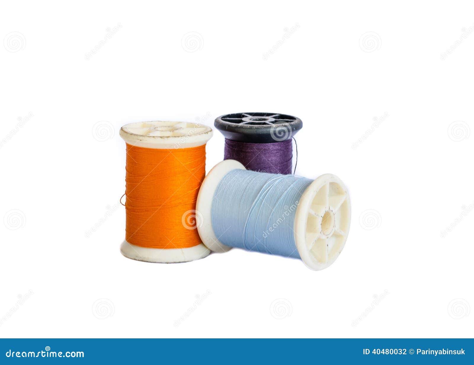 Bobinas del hilo del algodón aisladas en blanco