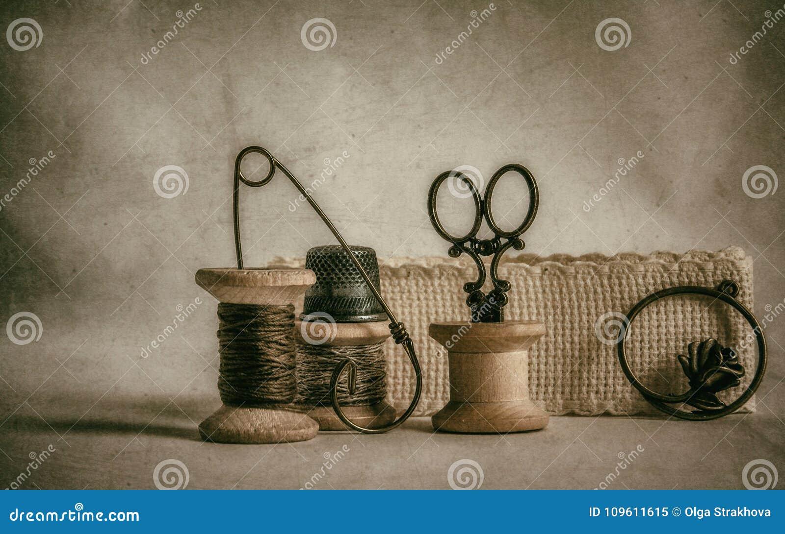 Bobinas viejas y accesorios de costura del vintage