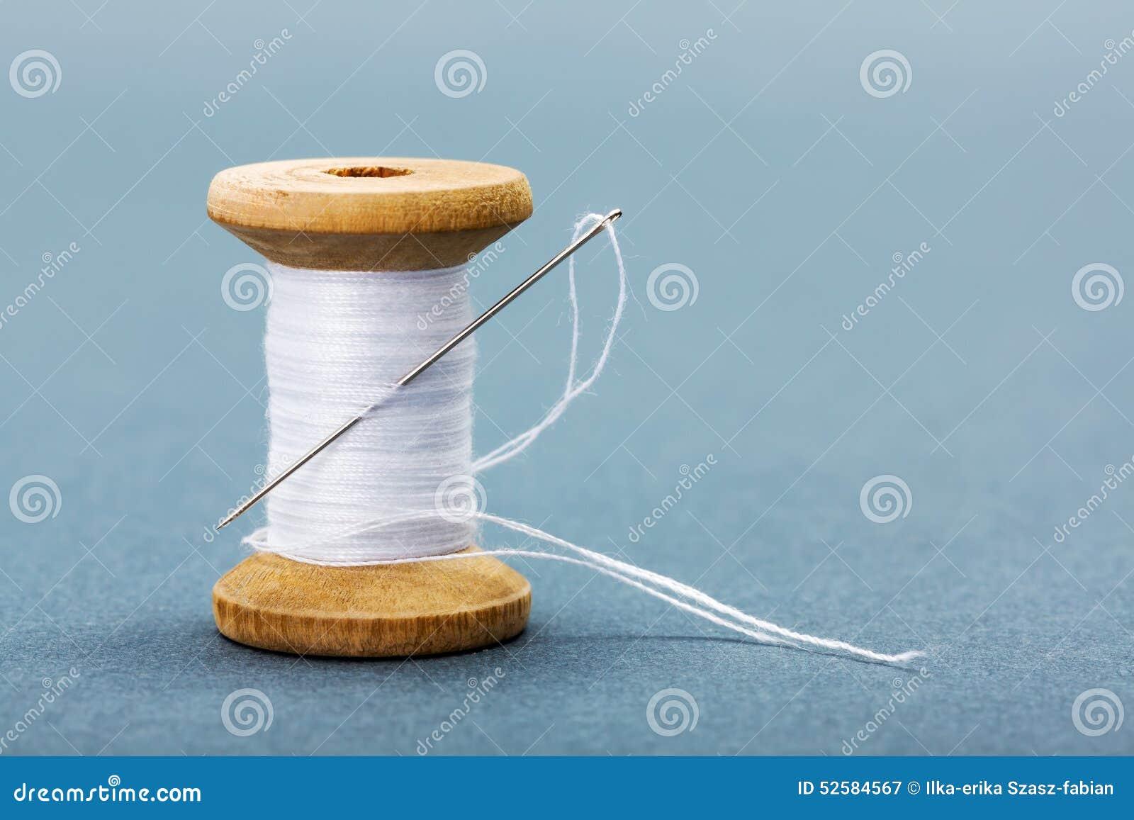 bobine du fil et de l 39 aiguille de couture blancs image stock image 52584567. Black Bedroom Furniture Sets. Home Design Ideas