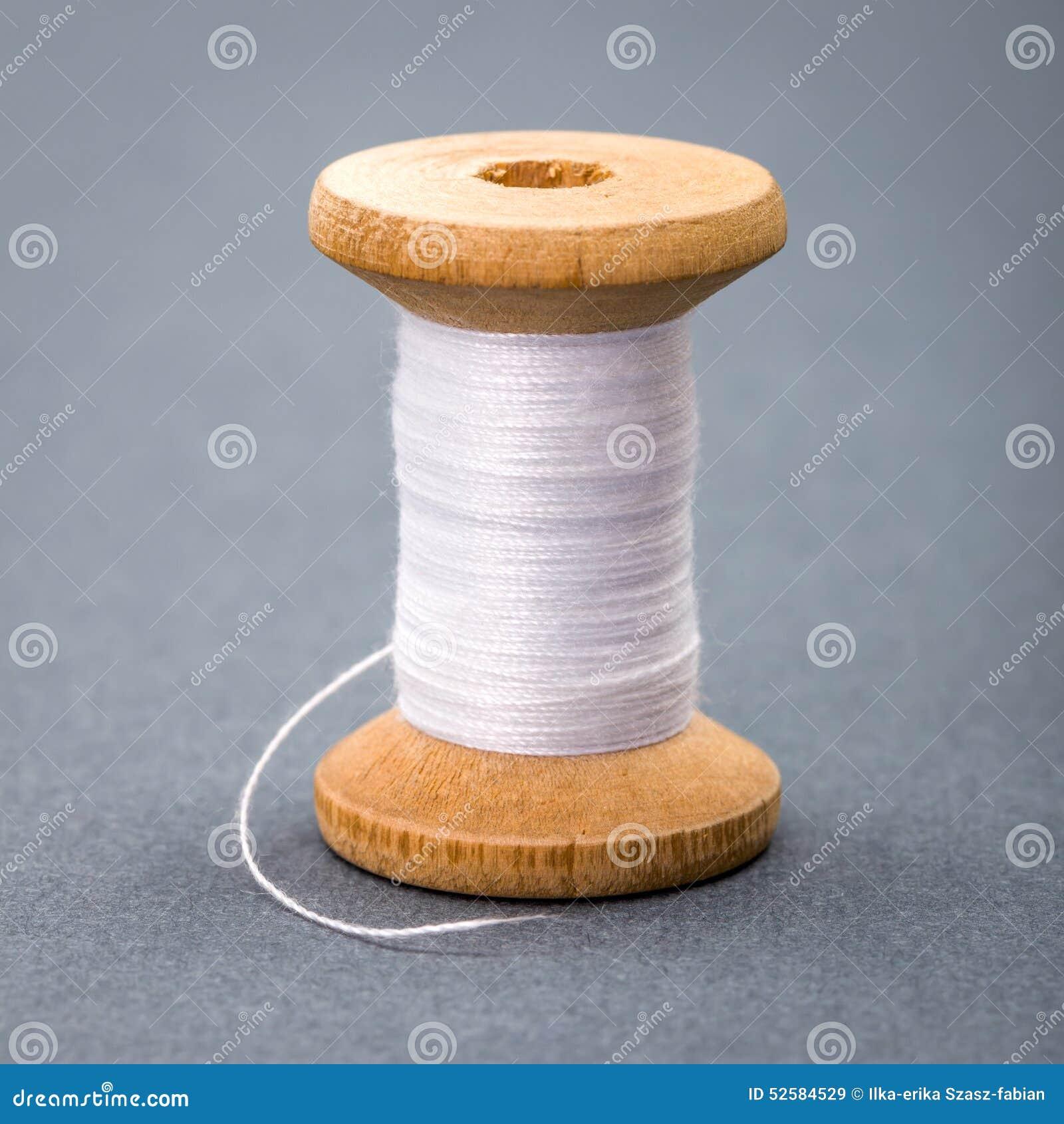 Bobine en bois de vintage du fil de couture blanc photo for Fil de couture