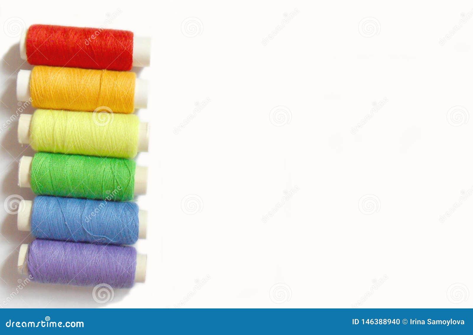 Bobine variopinte isolate su fondo bianco, colori dell arcobaleno
