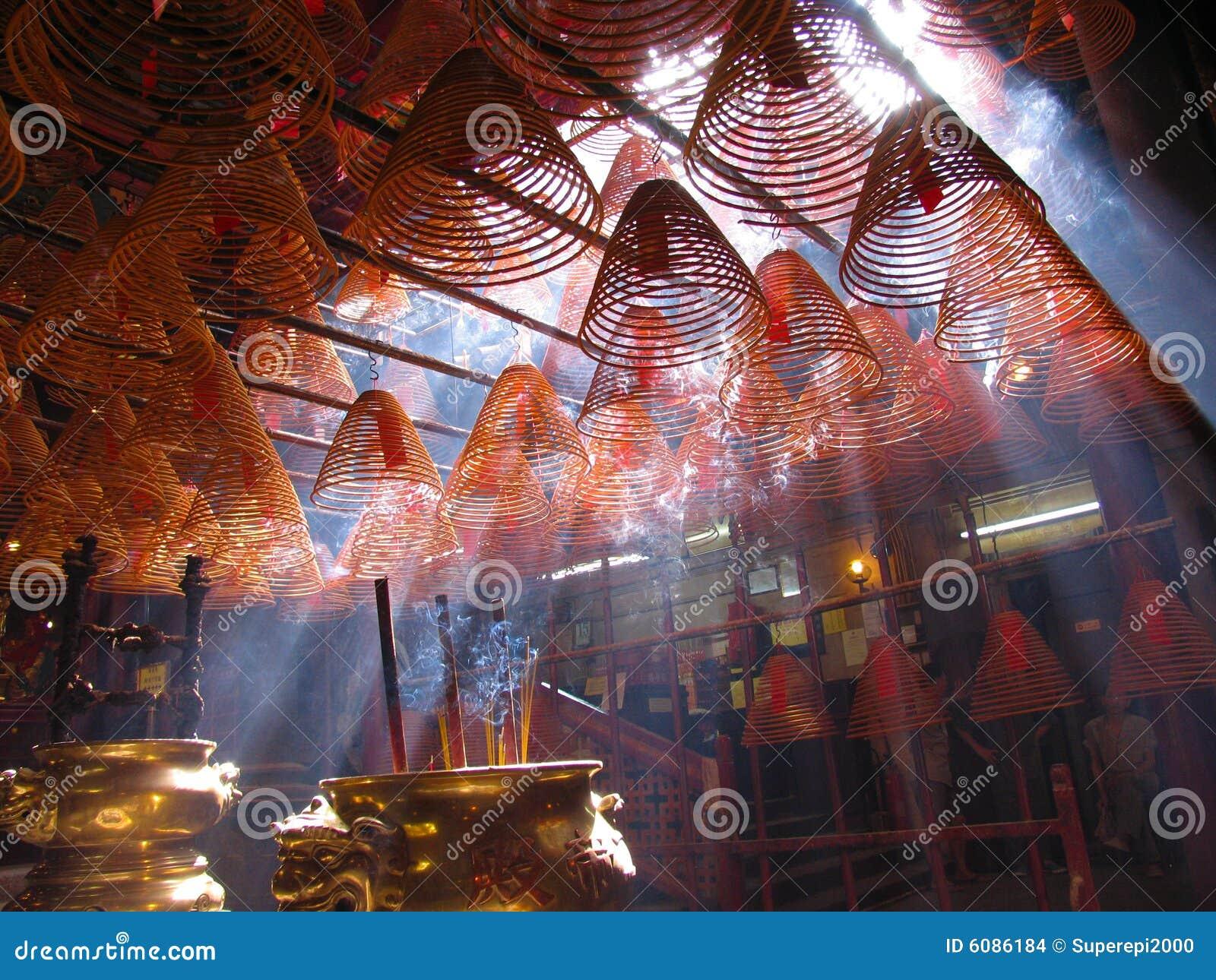 Bobines d encens dans le temple de MOIS de l homme. Hong Kong.