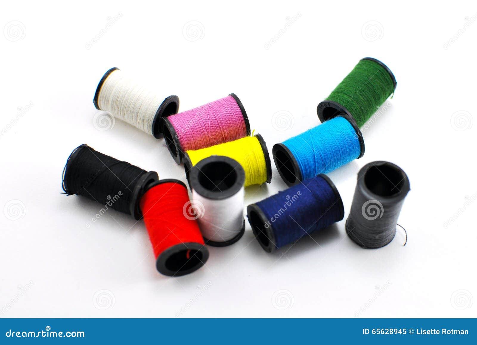 Bobines miniatures du fil de diverses couleurs