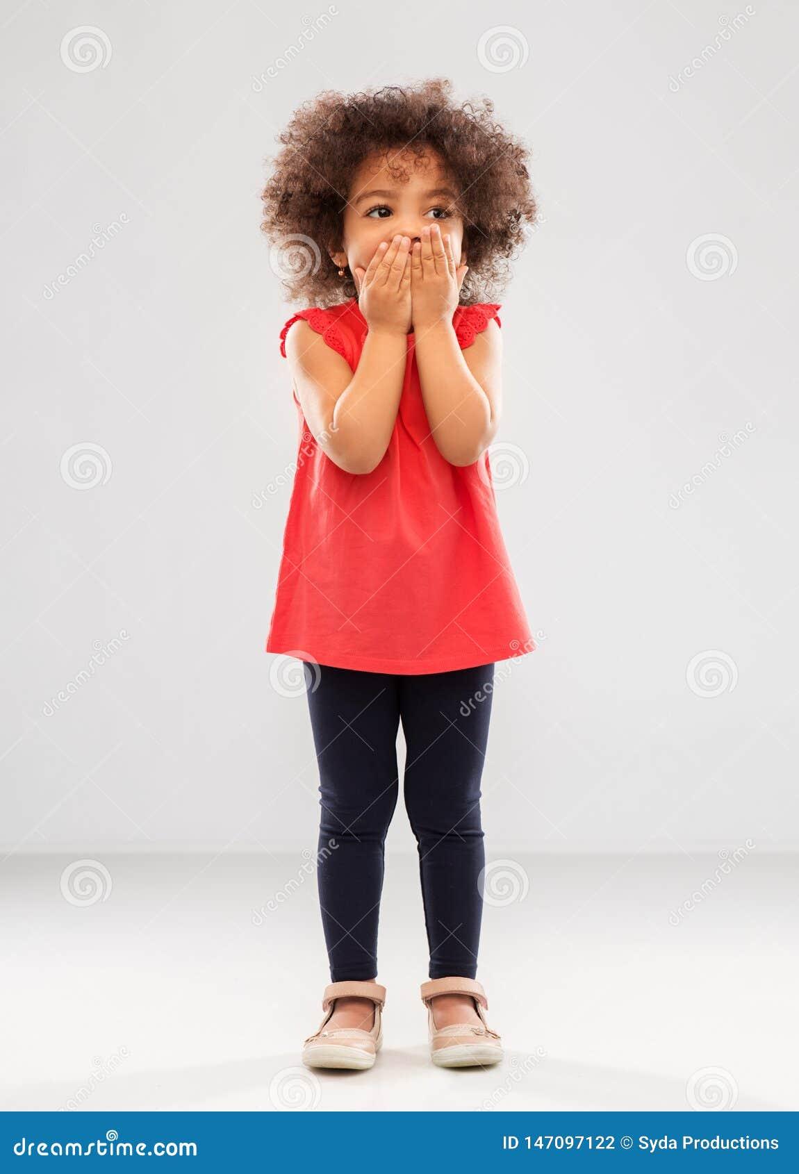 Boca afroamericana confusa de la cubierta de la muchacha