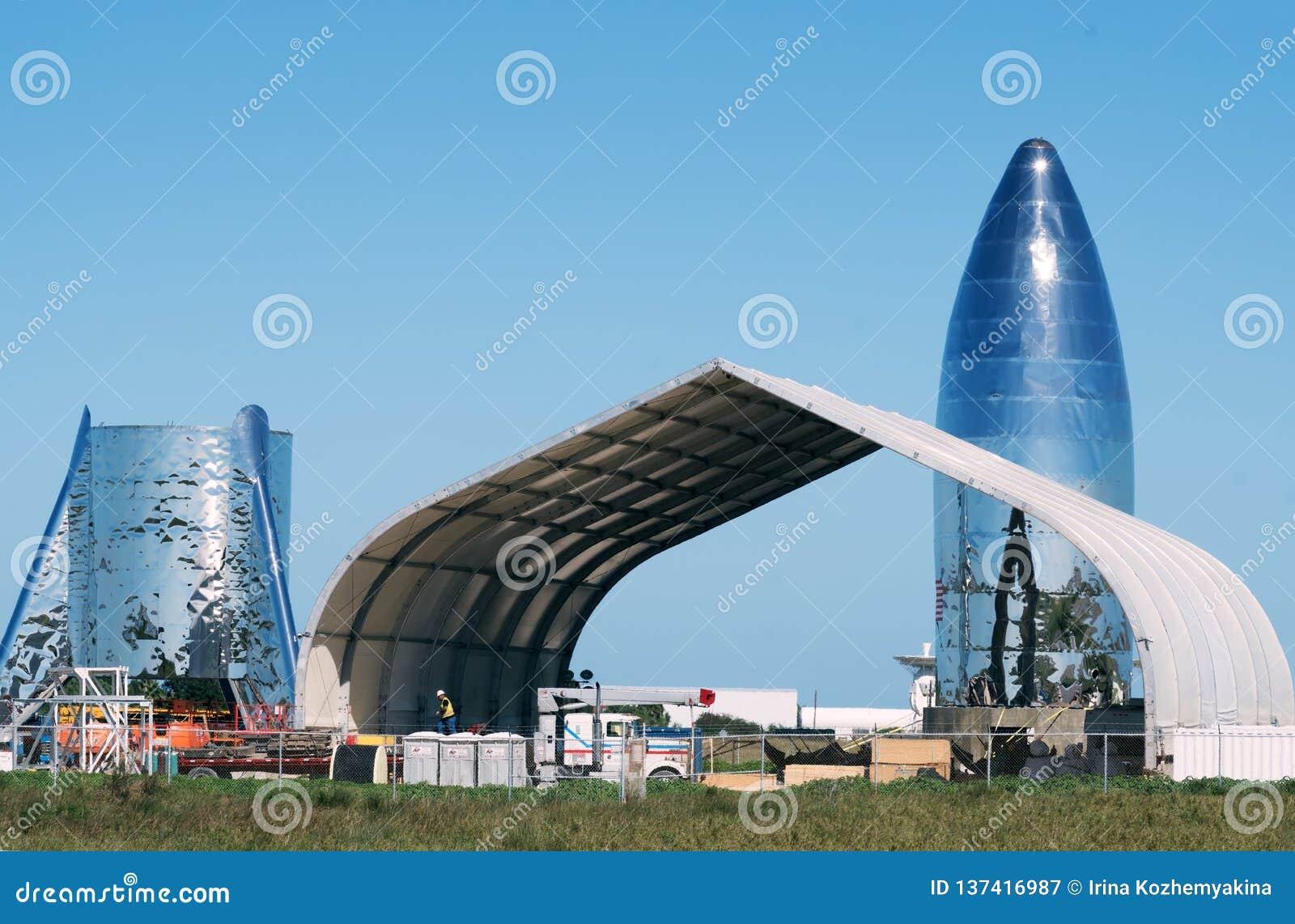 Boca Chica Village, le Texas/Etats-Unis - 20 janvier 2019 : La fusée de vol de test de Starship a juste fini l assemblée au @Spac