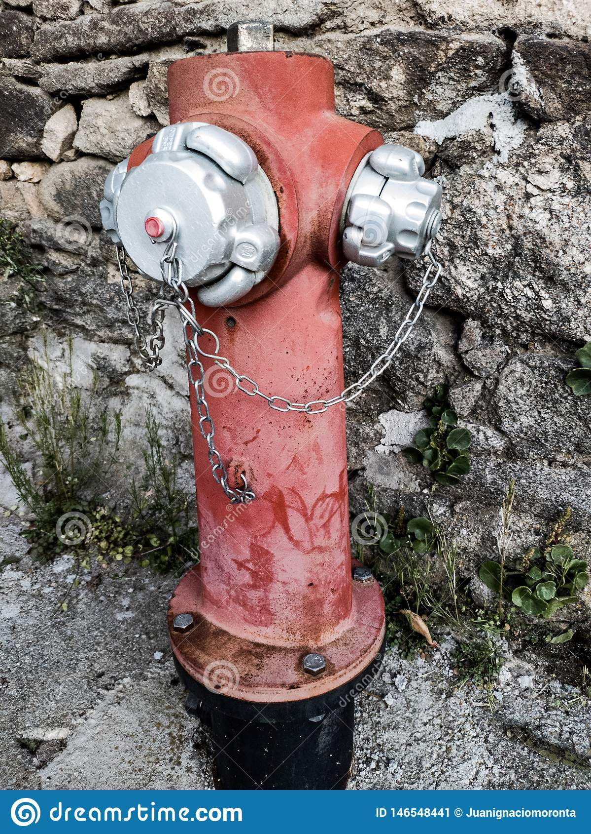 Boca de riego de fuego roja y de plata