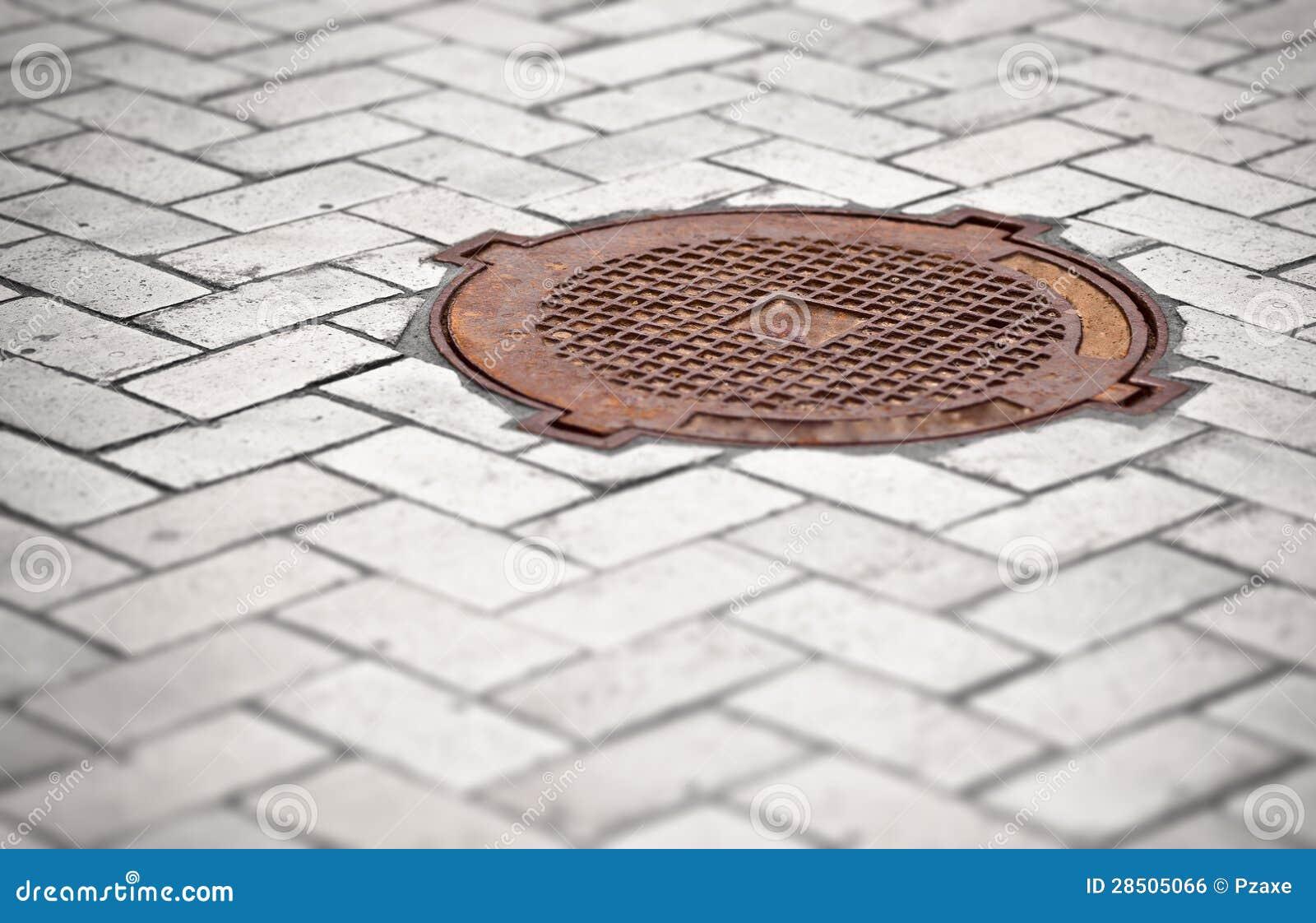 Boca oxidada en el pavimento