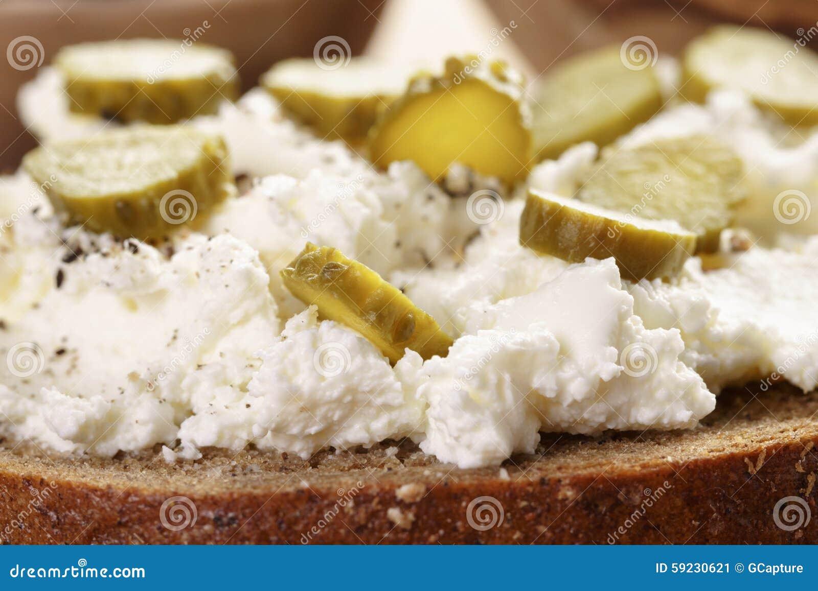 Download Bocadillo Con El Pan De Centeno, Queso Cremoso Y Imagen de archivo - Imagen de ingrediente, queso: 59230621