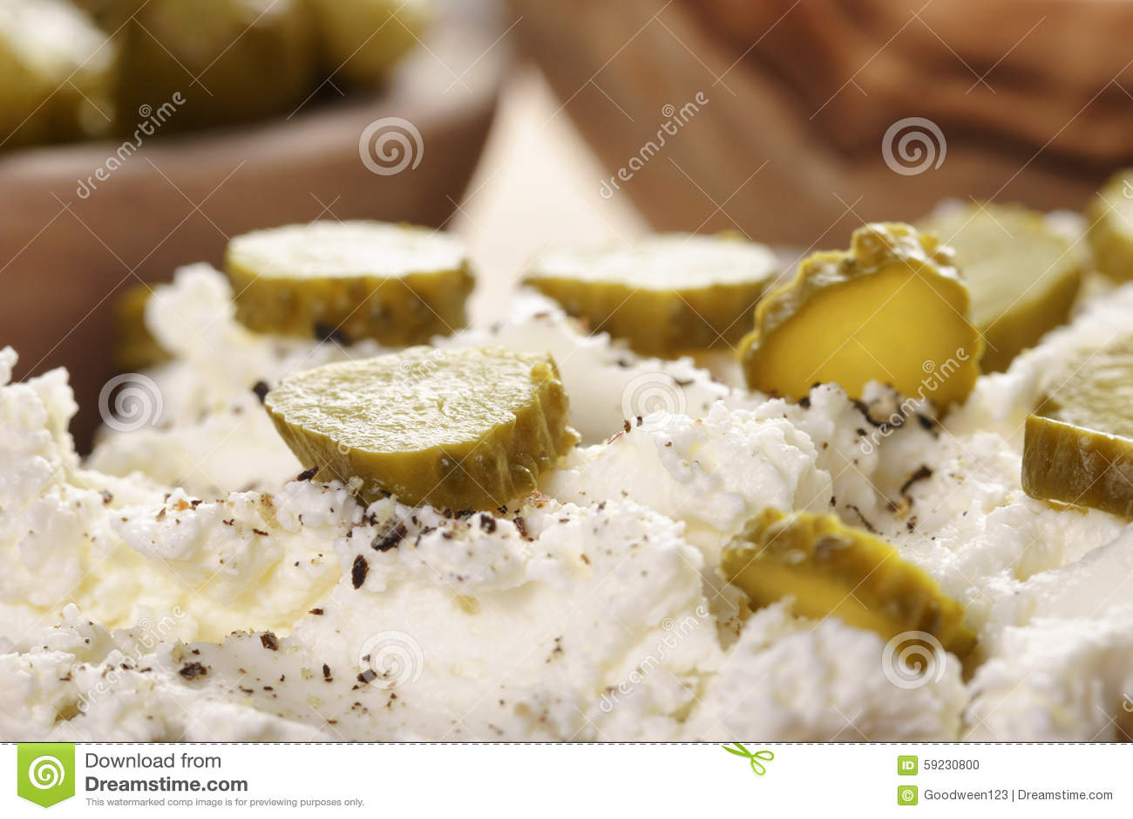 Bocadillo con el pan de centeno, queso cremoso y