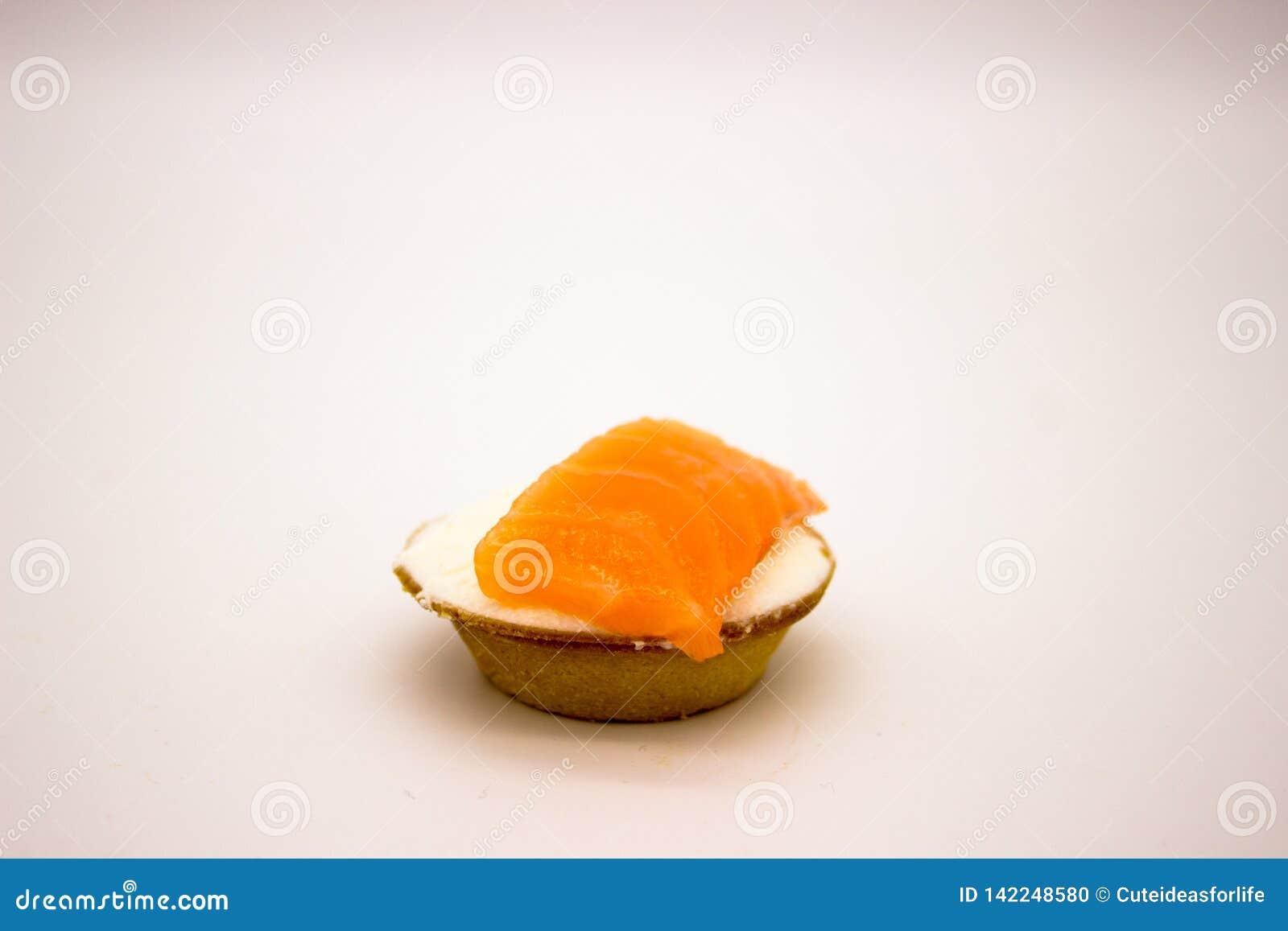 Bocadillo con los salmones en el fondo blanco