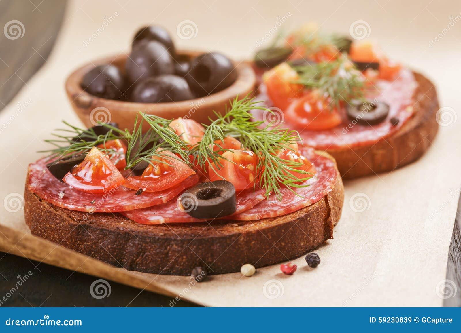 Download Bocadillo De Rye Con El Salami Y Los Tomates En La Madera Imagen de archivo - Imagen de kraft, arte: 59230839
