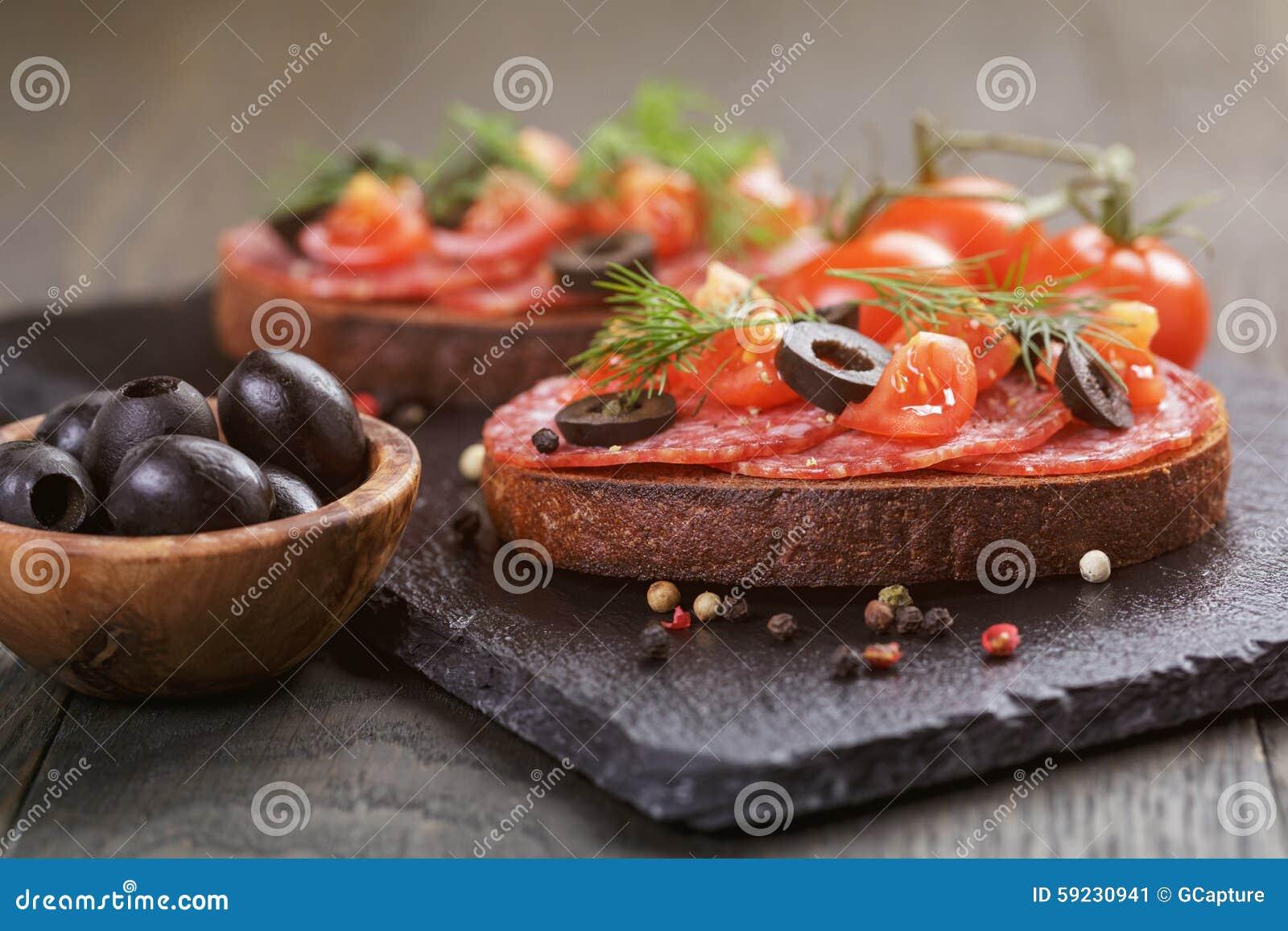 Download Bocadillo De Rye Con El Salami Y Los Tomates En La Madera Imagen de archivo - Imagen de verde, fresco: 59230941