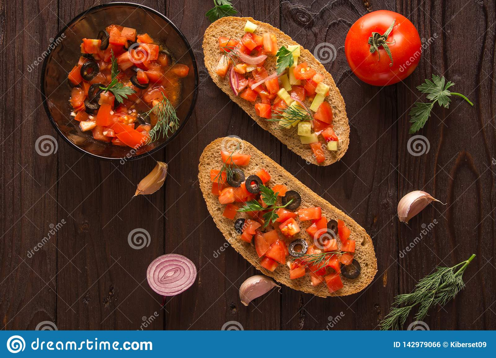 Bocadillos de la ensalada, ensalada del tomate con las aceitunas y pepino greenery