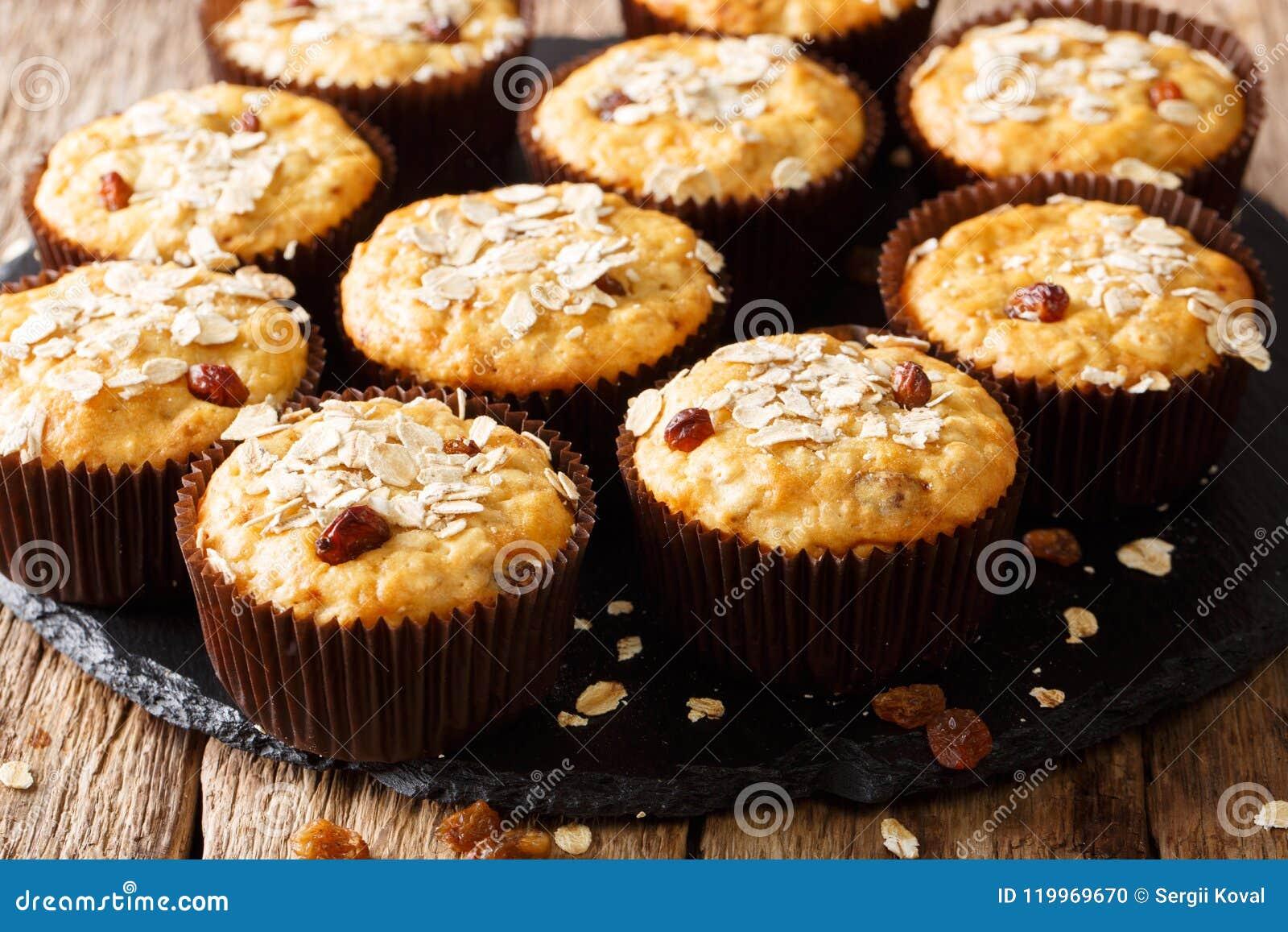 Bocado dulce sano: molletes de la harina de avena con el primer de las pasas H