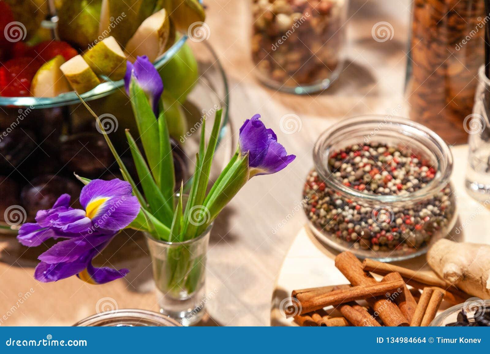 Bocados del primer, mezcla púrpura de los iris, fresca y secado de las frutas, roja, blanca y negra de la pimienta en el bol de v